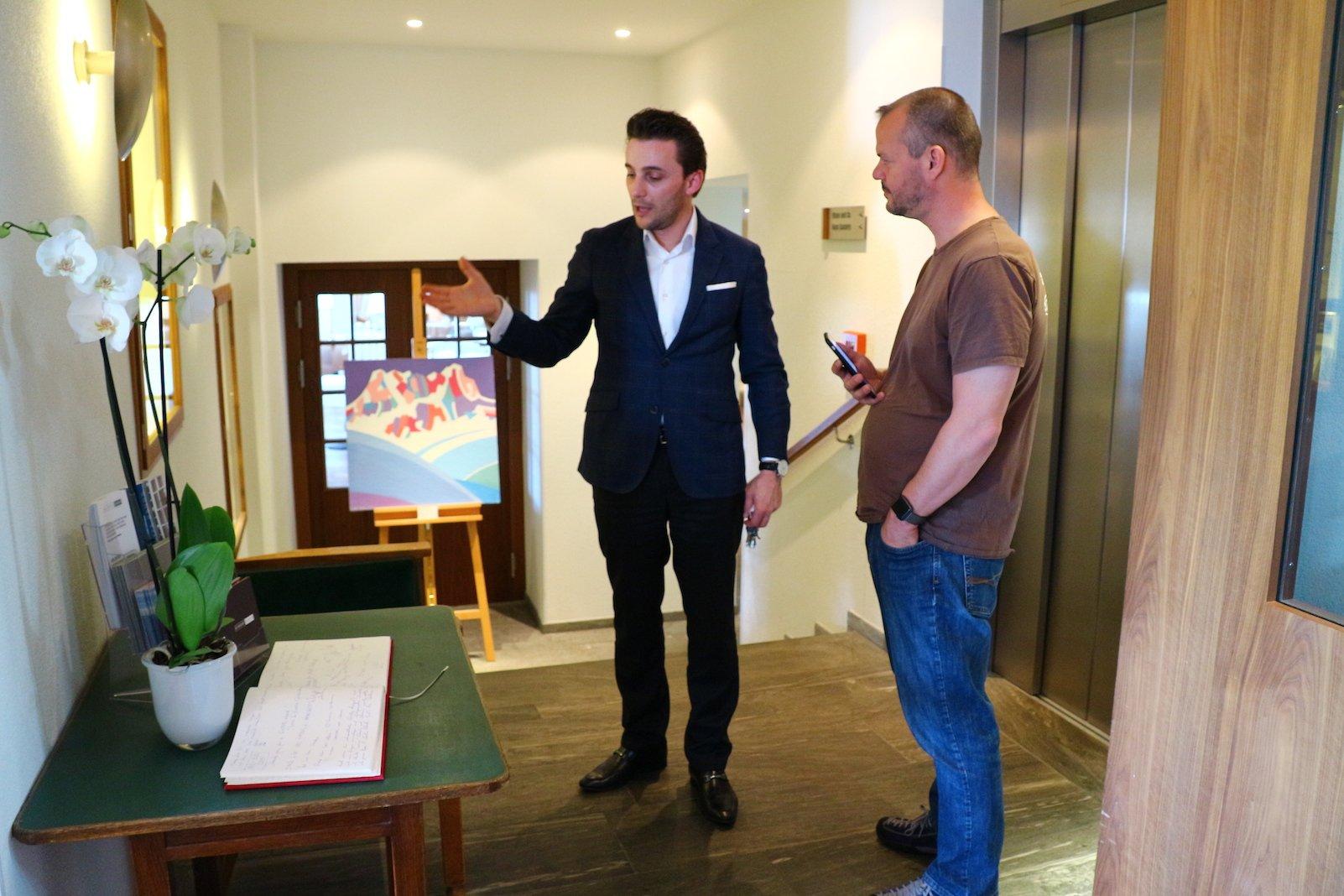 Hoteldirektor Bardhyl Coli zeigt mir das Waldhotel Davos (Bild: Gesine Klinkigt)