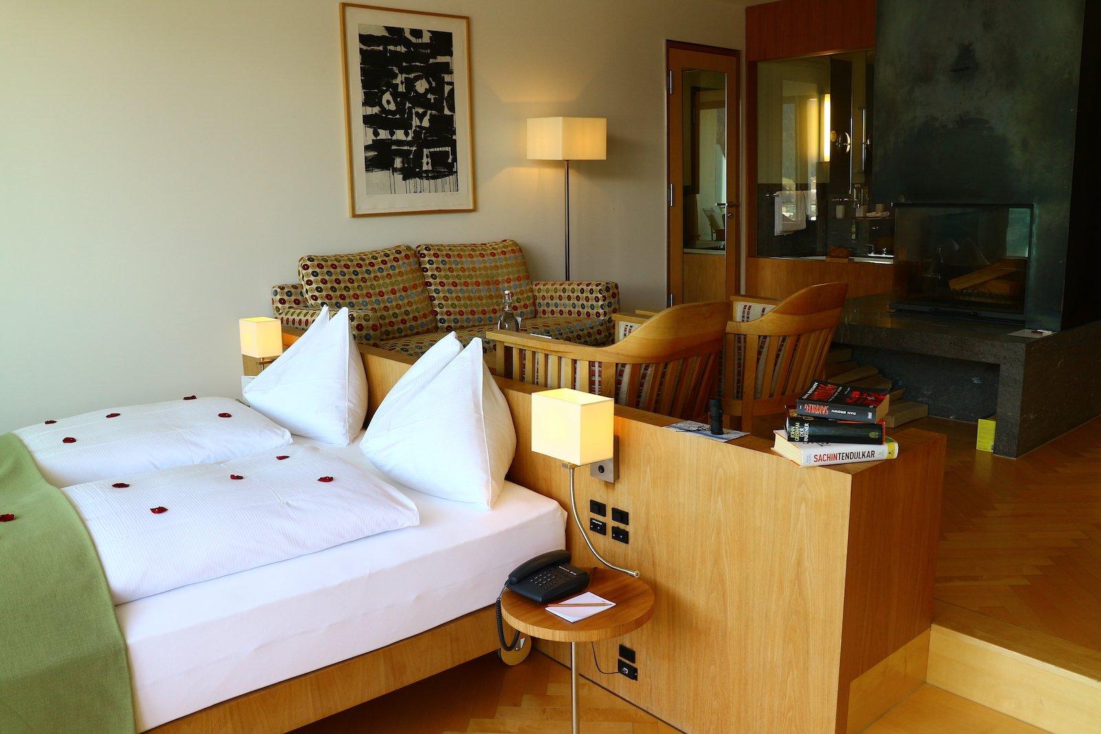 Bett mit Rosenblättern und Blick quer durch die Suite (Foto: Gesine Klinkigt)