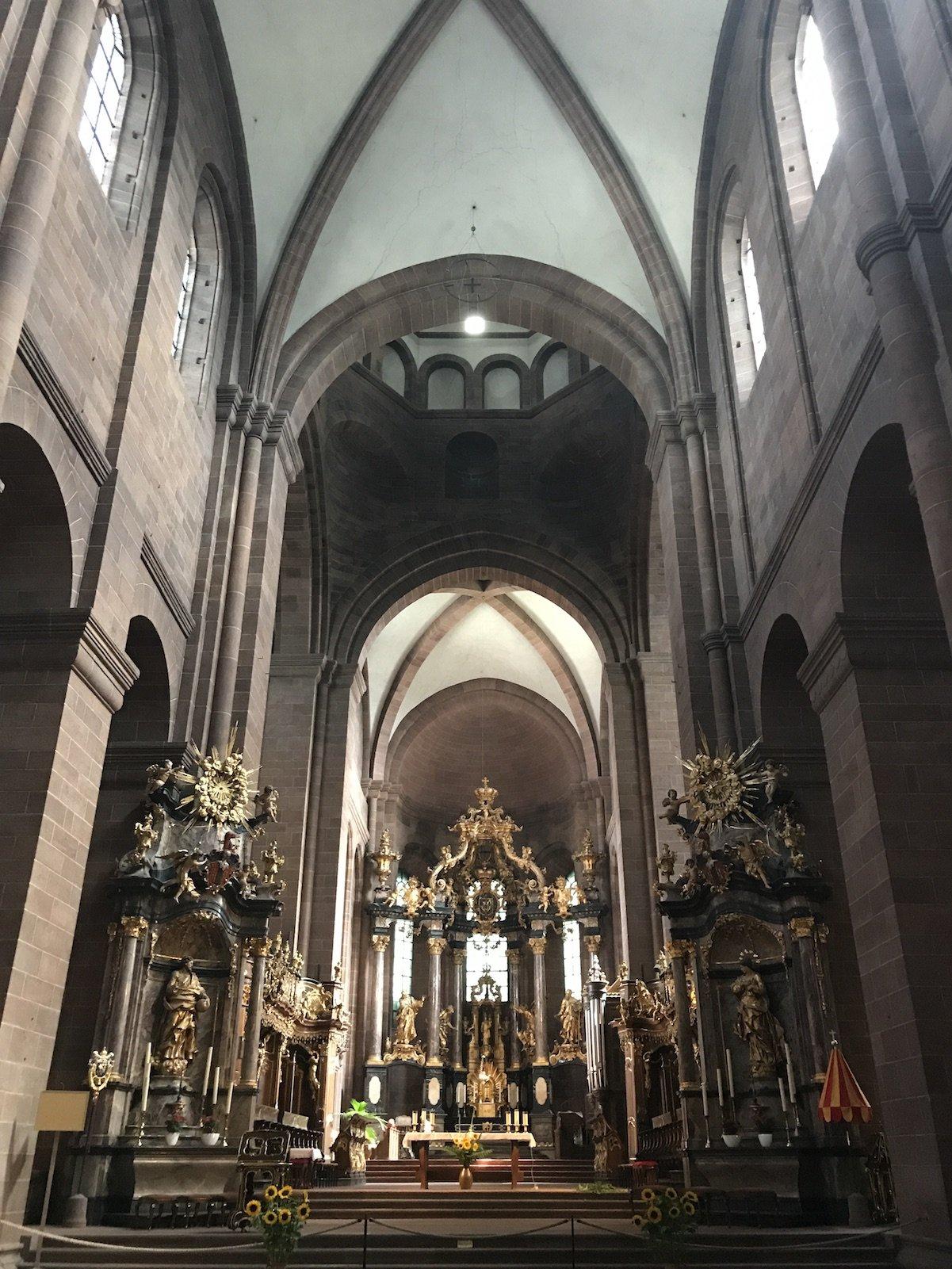 Ostseite des Doms in Worms mit dem prächtigen Altar