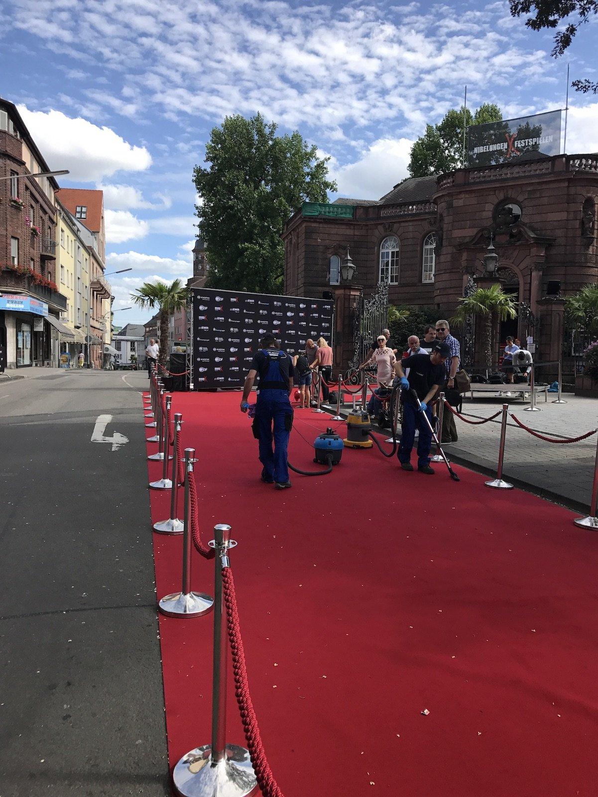 Der rote Teppich für die Premiere der Nibelungenfestspiele in Worms ist ausgerollt und wird gereinigt