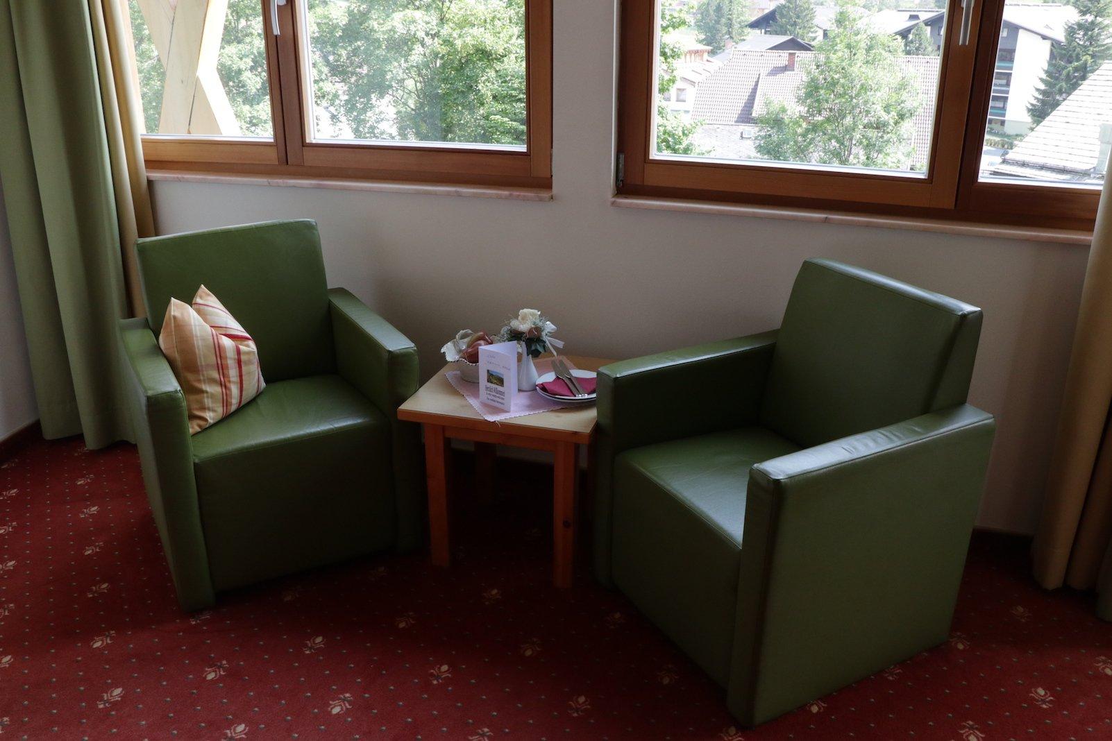 Sessel und kleines Tischchen - mit Willkommens Obst