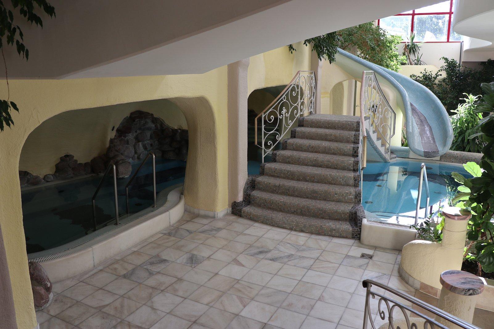 Blick zur Indoorrutsche und Pools