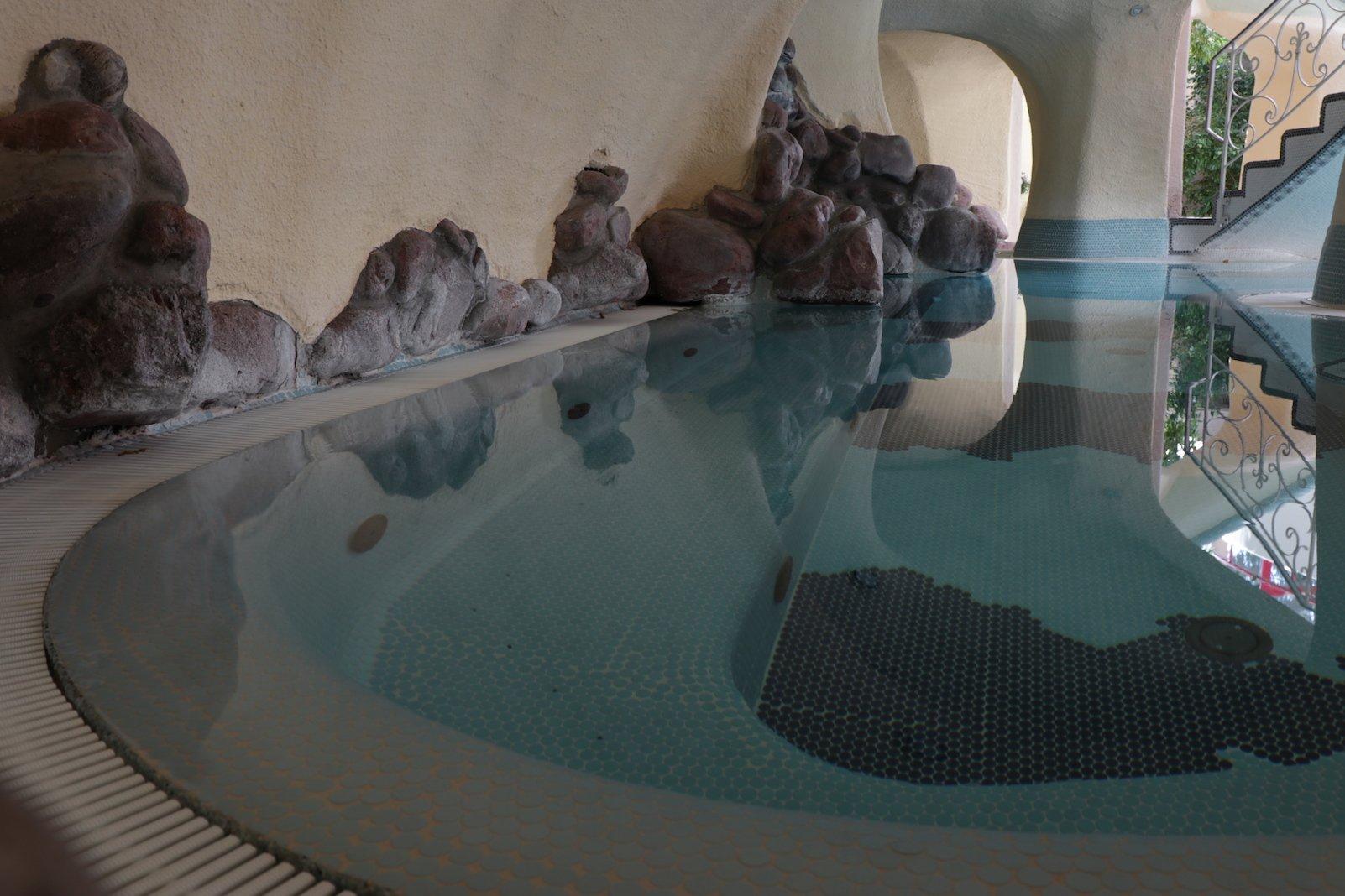 Einer der Poolbereiche drinnen