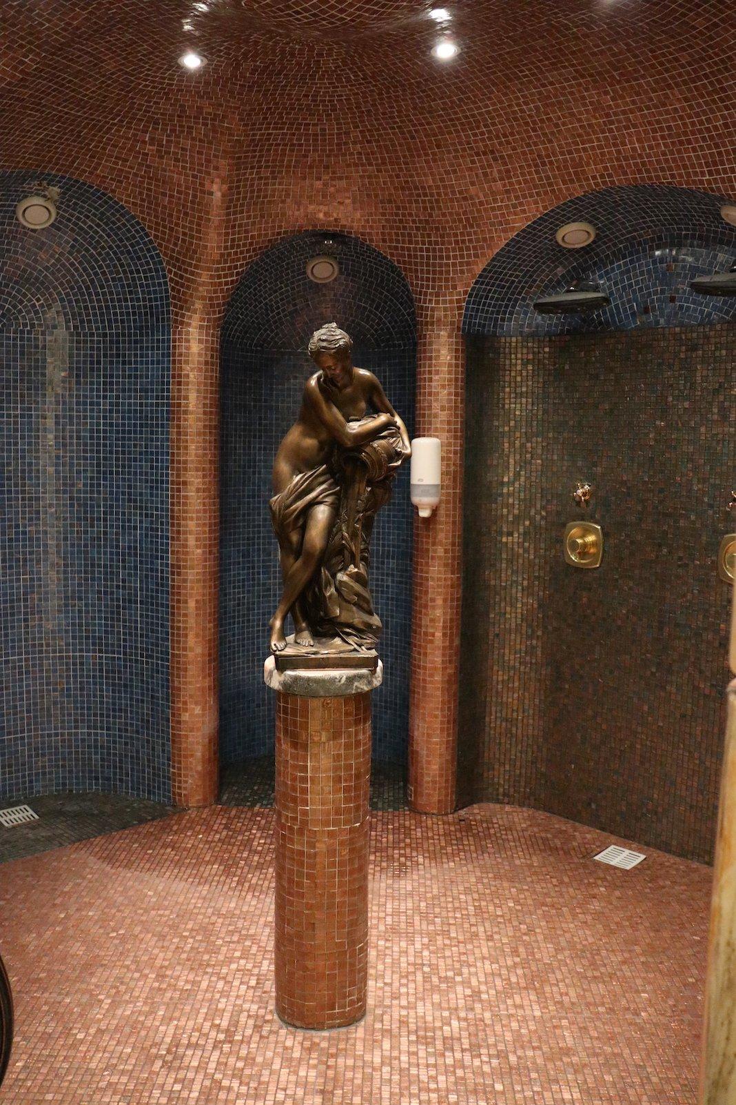 Duschen in der Erlebnis-Saunalandschaft in der Thermenwelt Pulverer