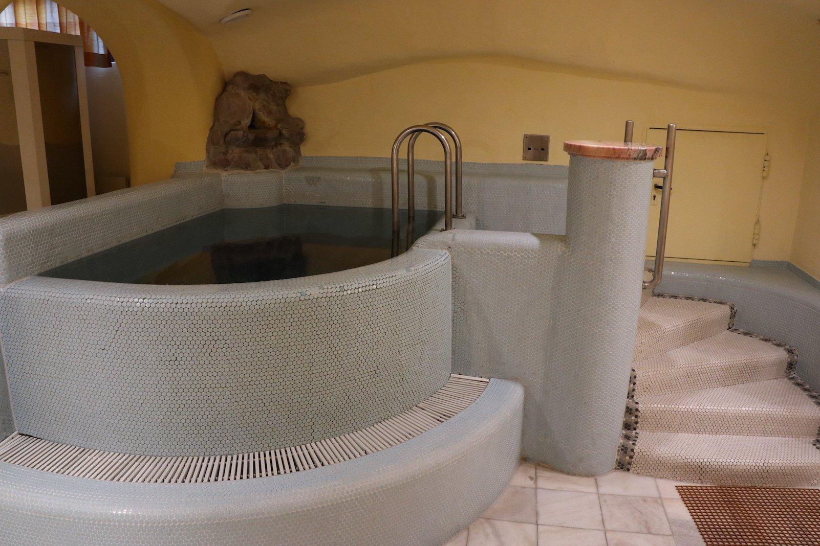 Tauchbecken in der Erlebnis-Saunalandschaft im Pulverer