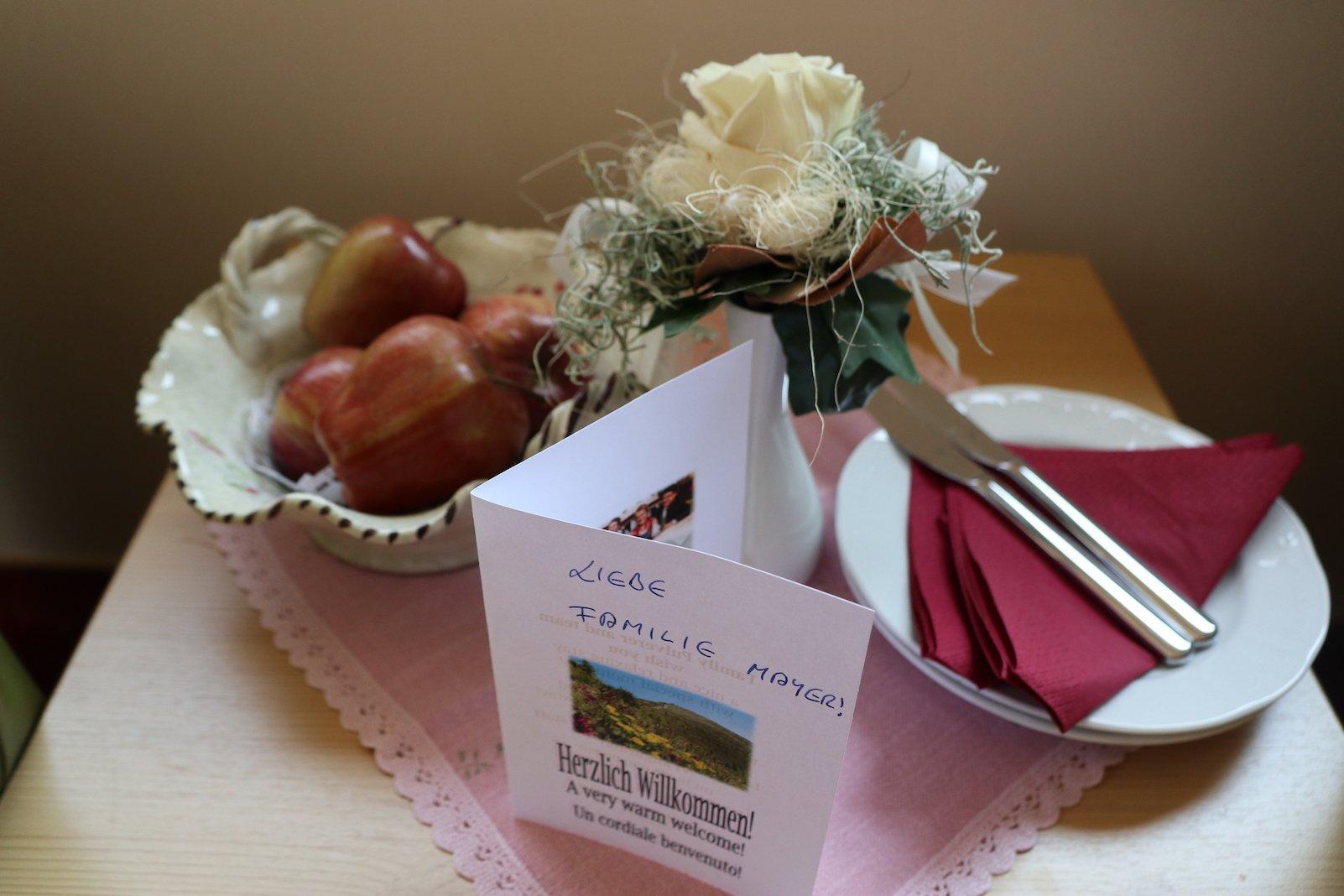 Obst und eine nette Karte zur Begrüßung im Hotel Pulverer