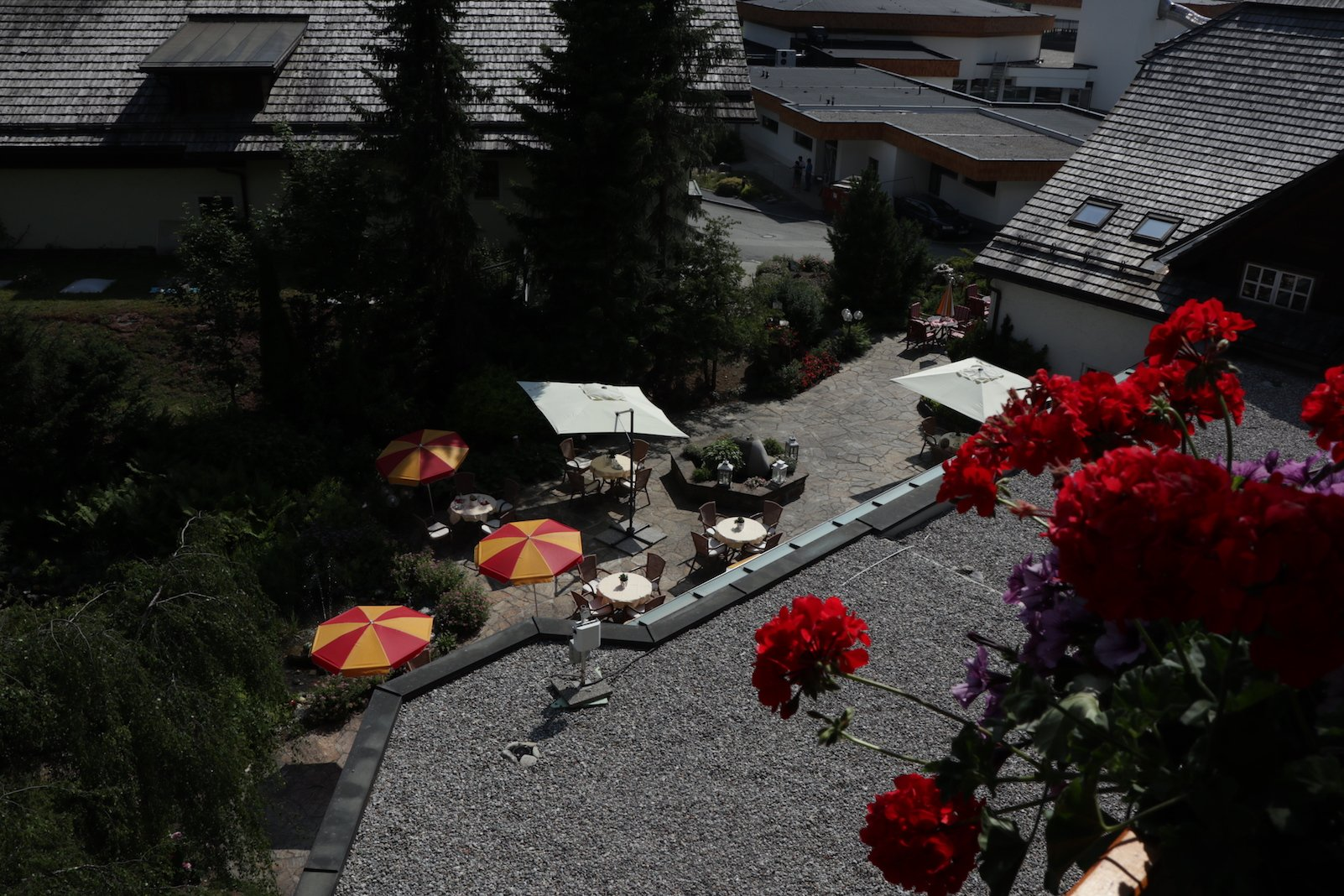 Blick von oben auf die Terrasse des Speisesaals