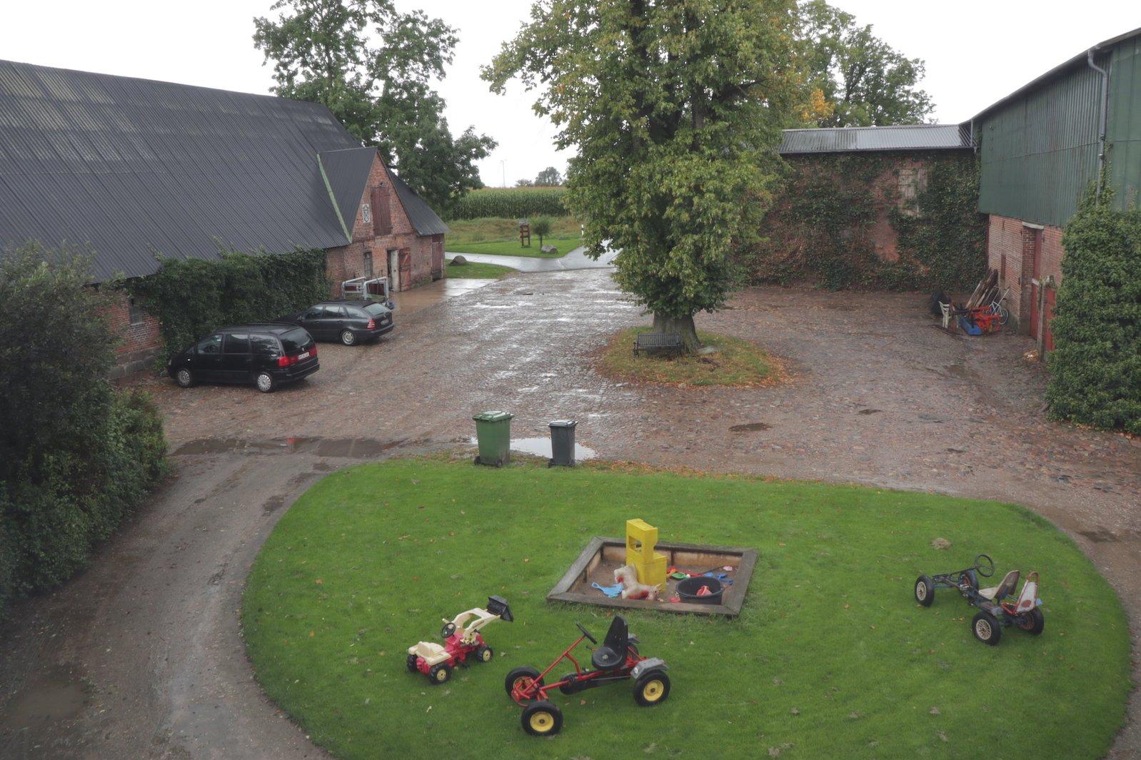 Blick aus dem Fenster meiner Ferienwohnung auf den Hof