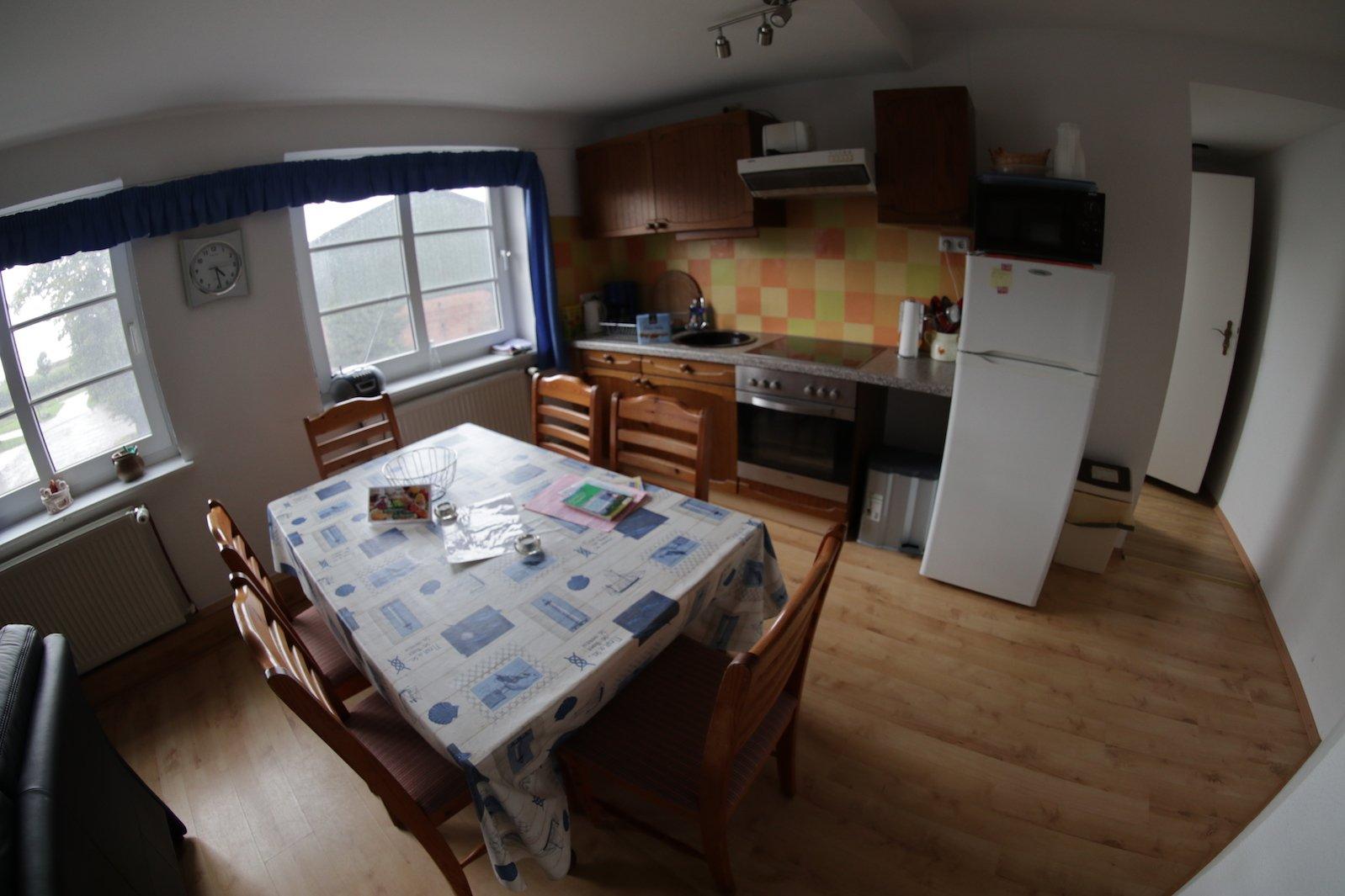 Der Esstisch und die Küche im Ferienhof Löstrup