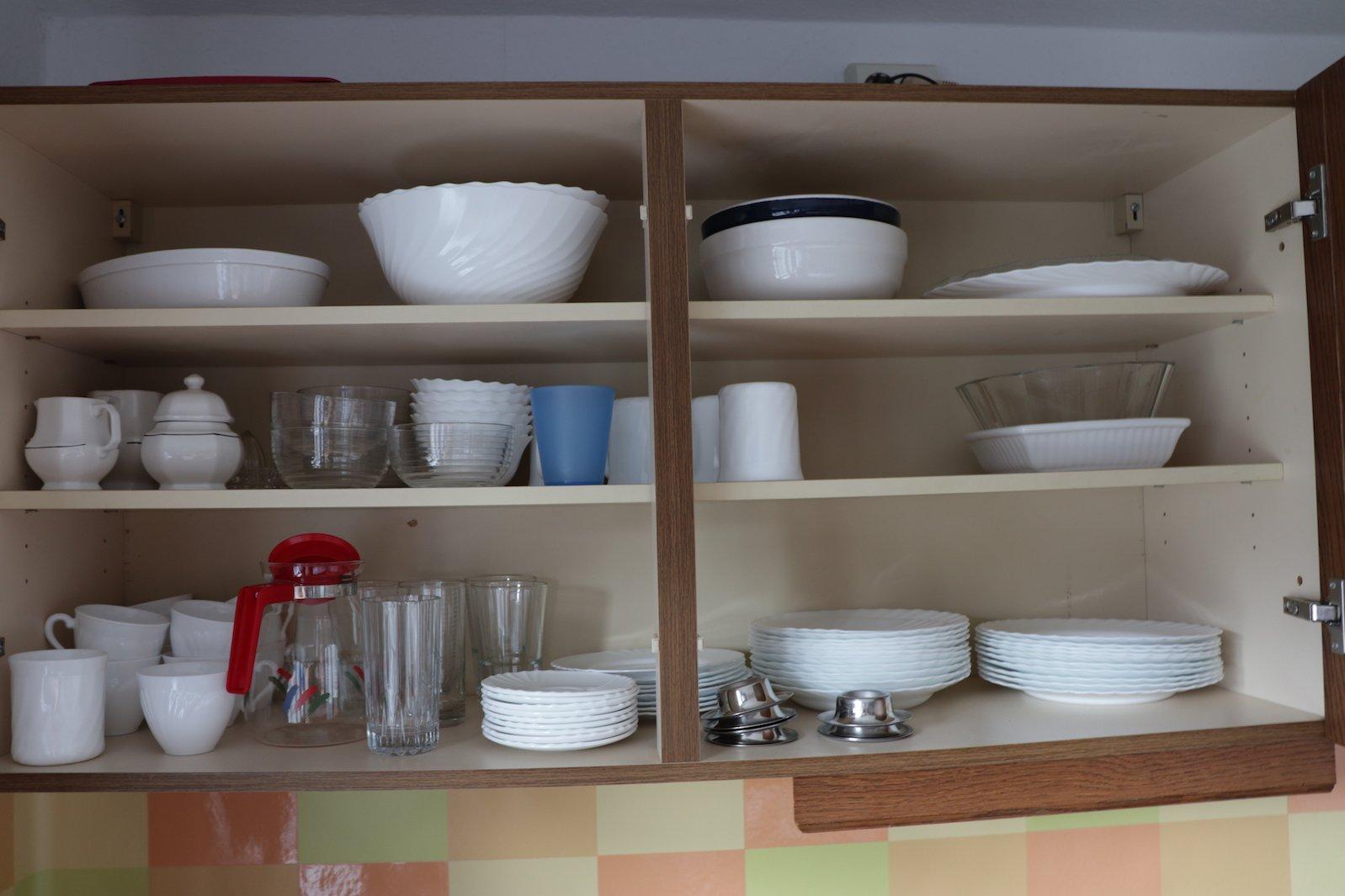 Geschirr im Schrank in der Ferienwohnung im Ferienhof Löstrup