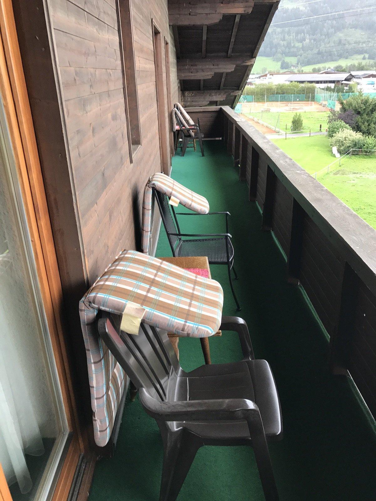 Gemeinsam zu nutzender Balkon im zweiten Stock in der Pension Oberschneider Kaprun