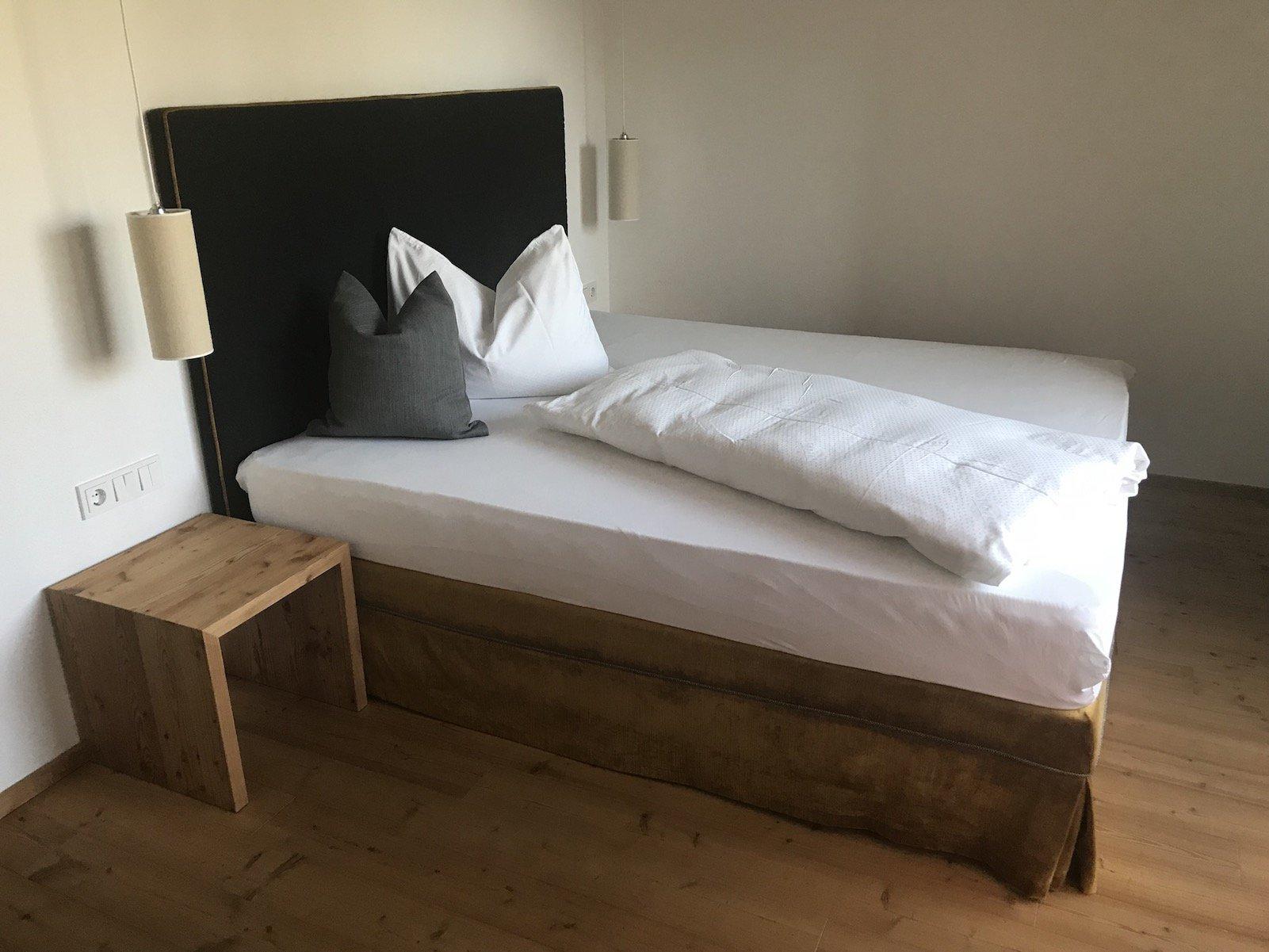 Das Bett im Doppelzimmer Deluxe im Hotel Tanzer / Issing