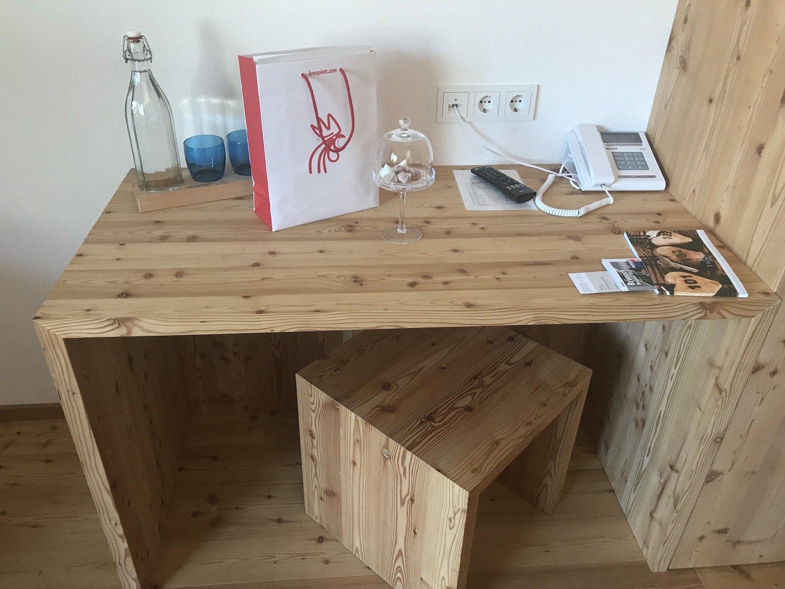 Schreibtisch aus wunderschönem Holz im Tanzer