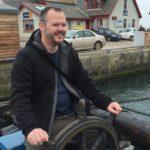 Hubert Mayer vom Travellerblog.eu in Schottland am Steuerrad eines Schiffes