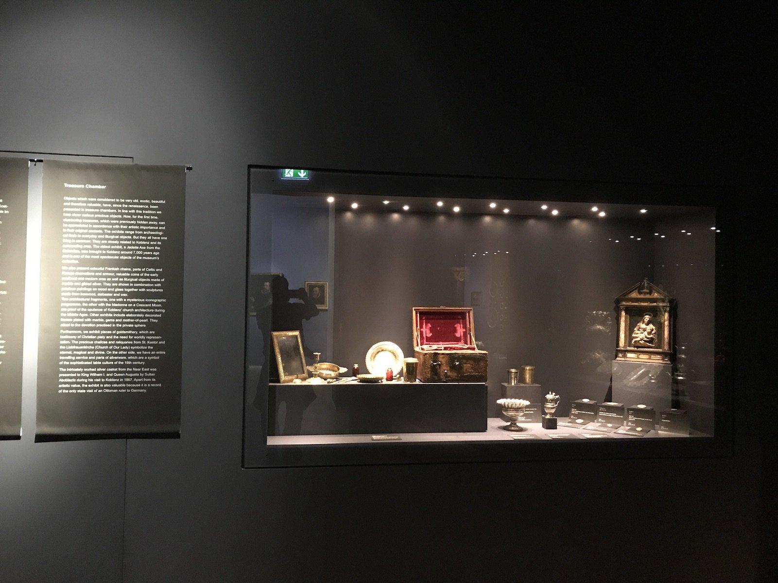 Eine Vitrine in der Schatzkammer des Mittelrhein-Museums