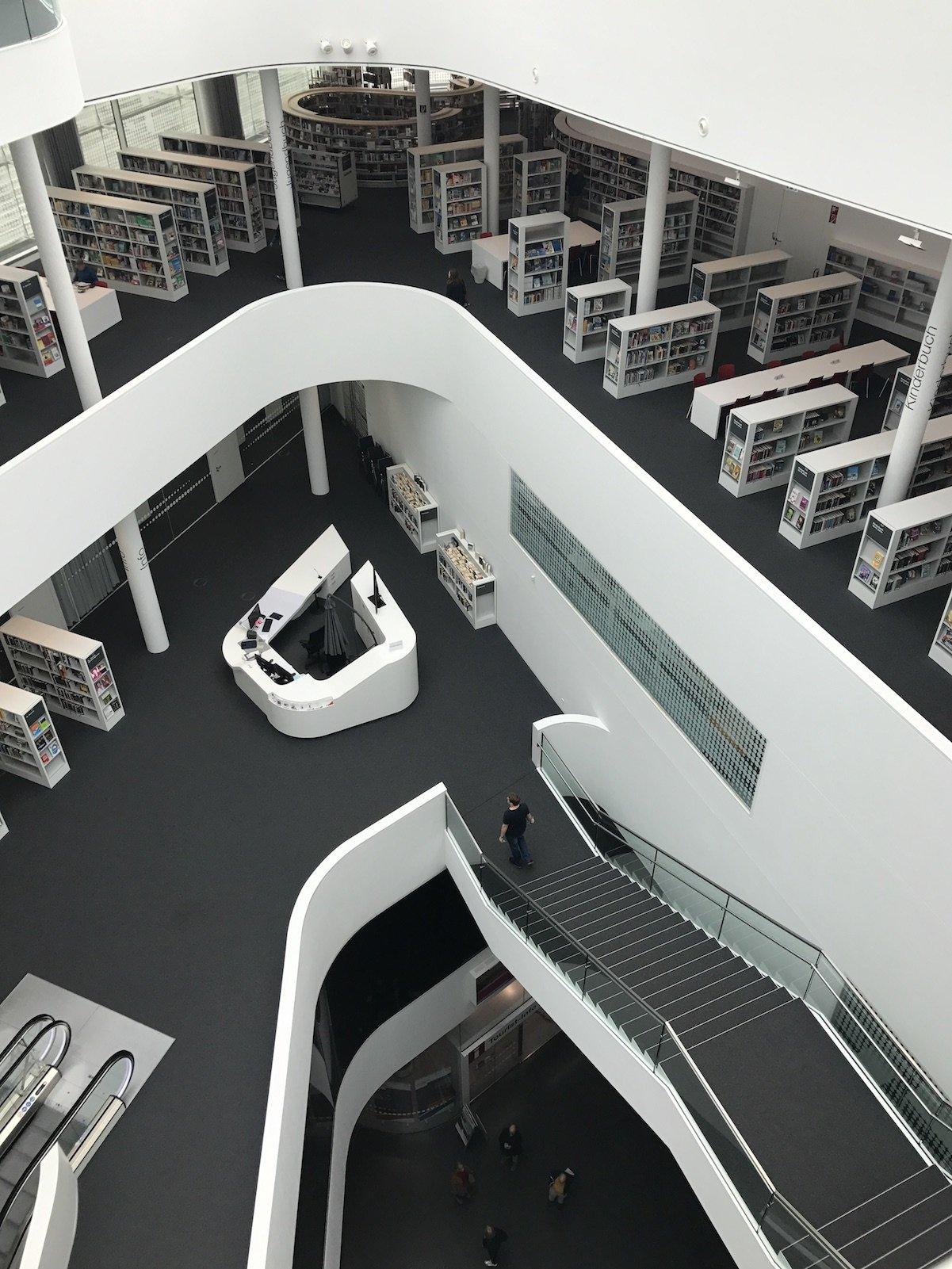 Blick von oben in die Stadtbibliothek Koblenz