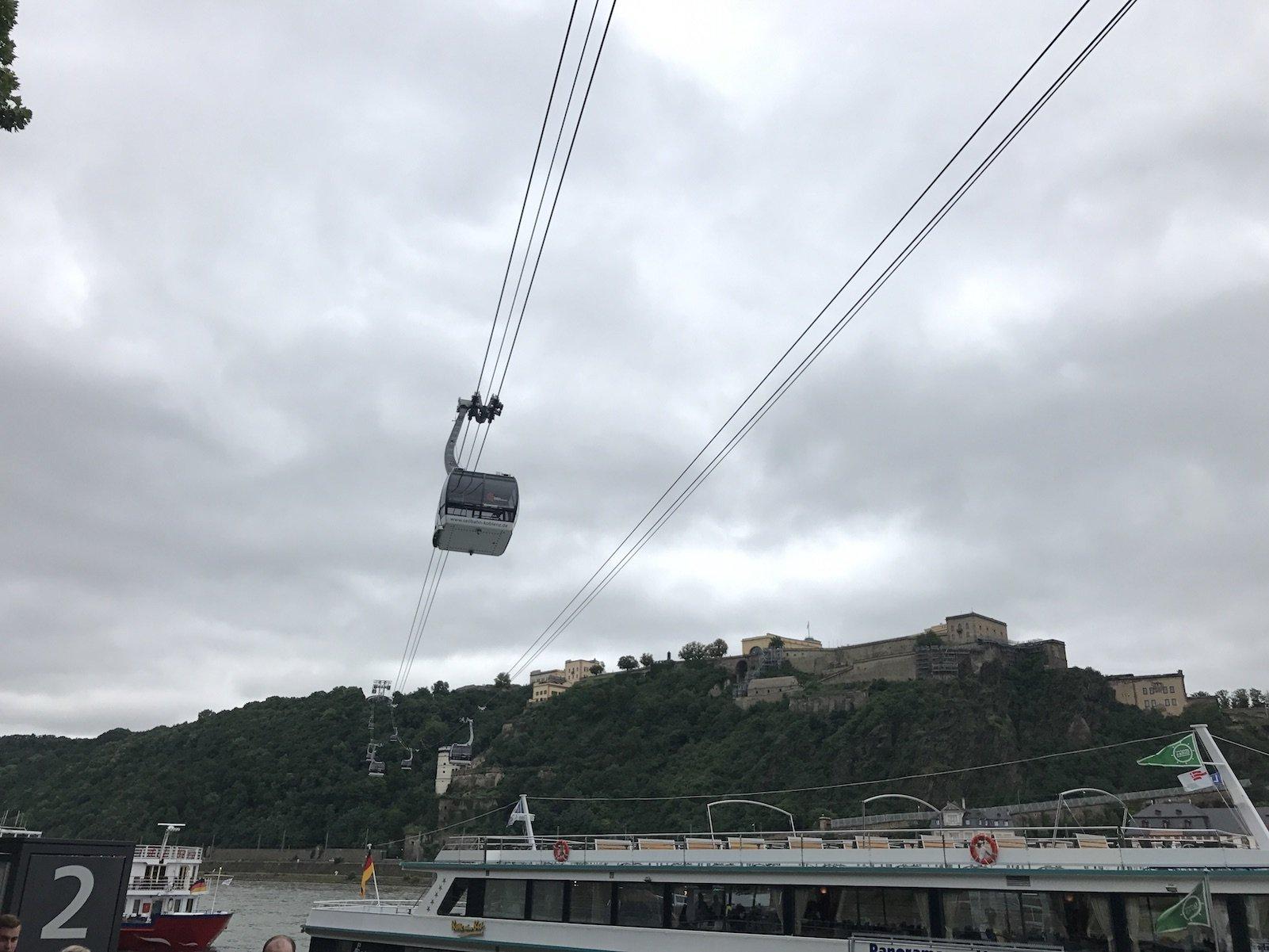 Die Seilbahn in Koblenz zur Festung Ehrenbreitstein von der Promenade aus