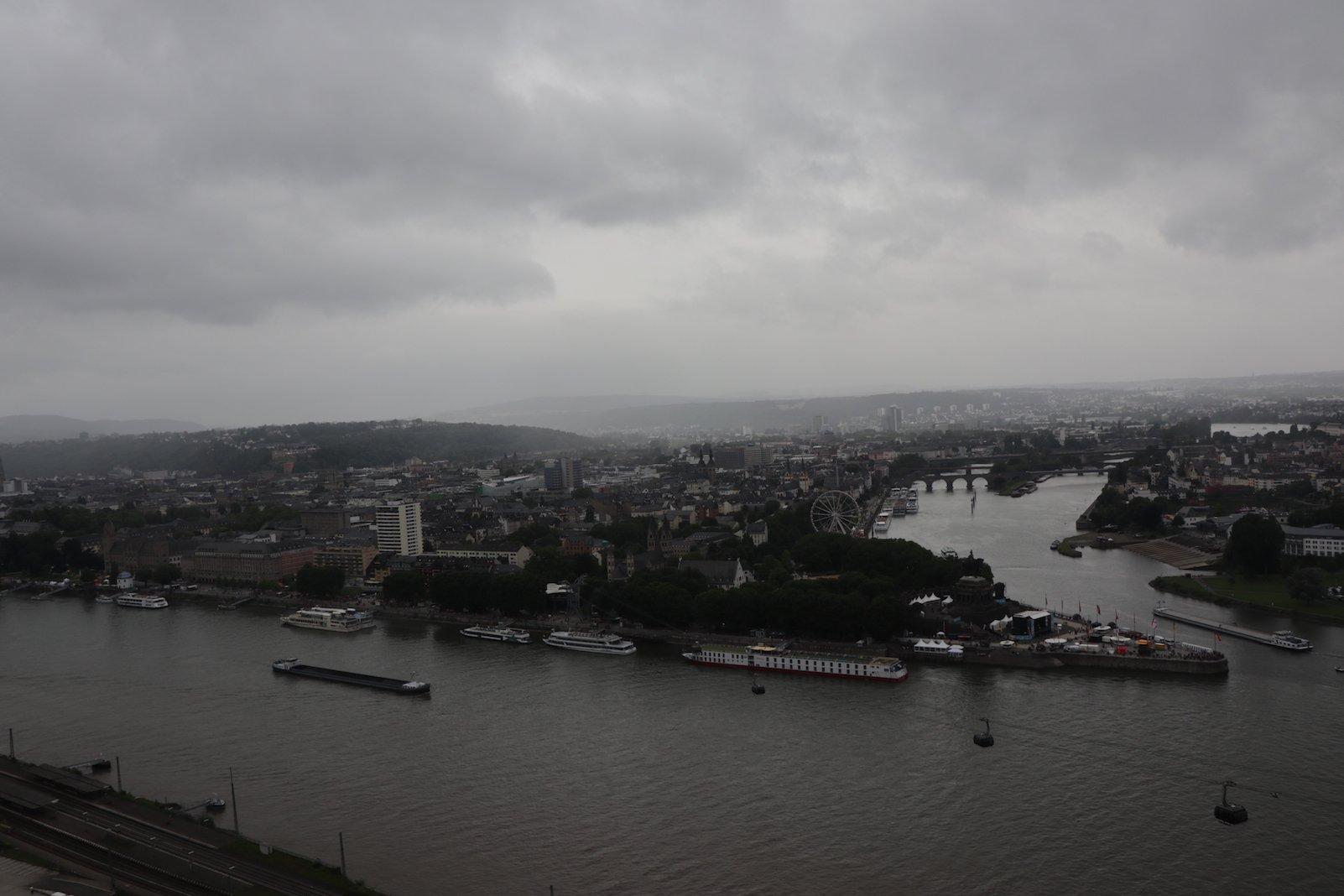 Blick von der Festung Ehrenbreitstein auf das Deutsche Eck, wo Rhein in Mosel zusammenfliessen