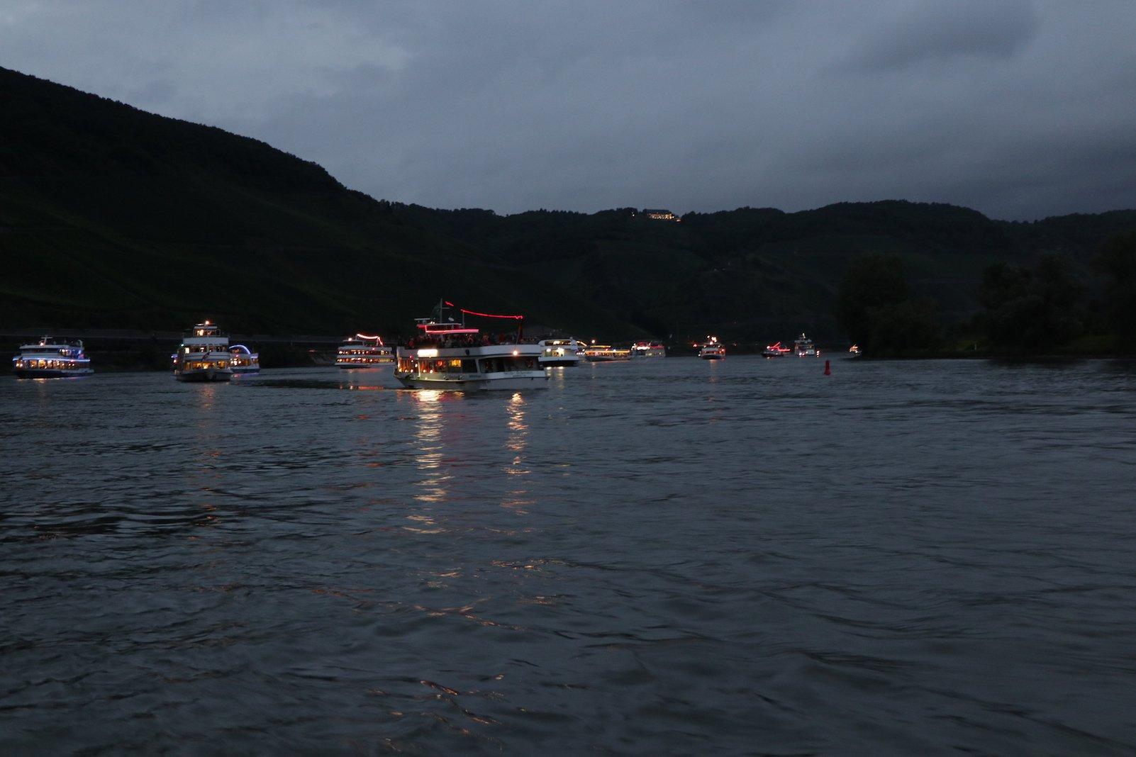 Die Schiffe haben bereits die Festbeleuchtung zu Rhein in Flammen an