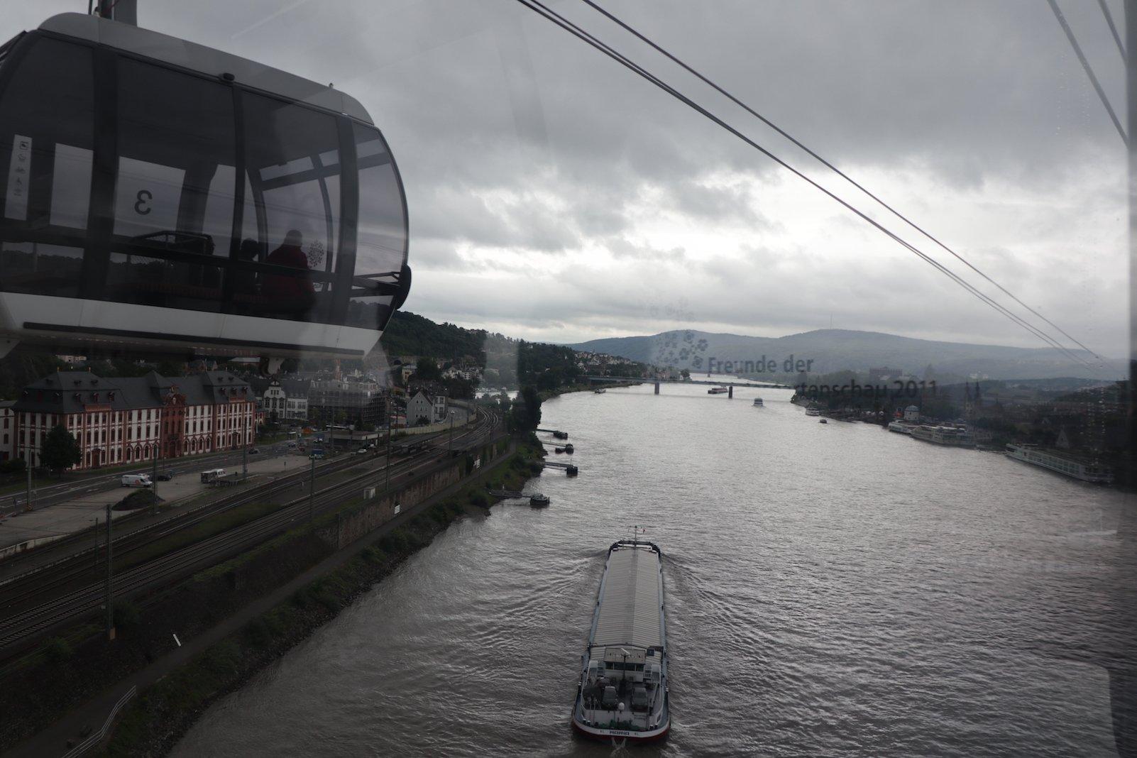 Mitten über dem Rhein. Jetzt bloß nicht anhalten ;)