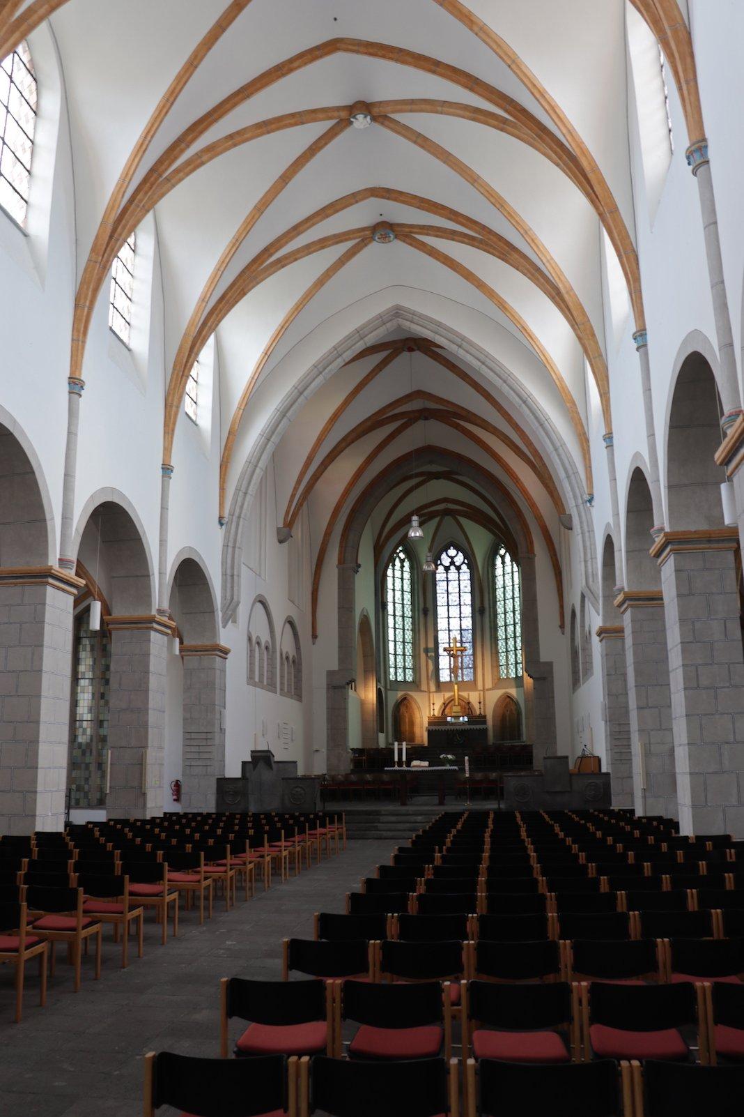 Ein Blick ins Innere der Florinskirche zeigt, dass sich das Ockergelb von außen auch drinnen fortsetzt