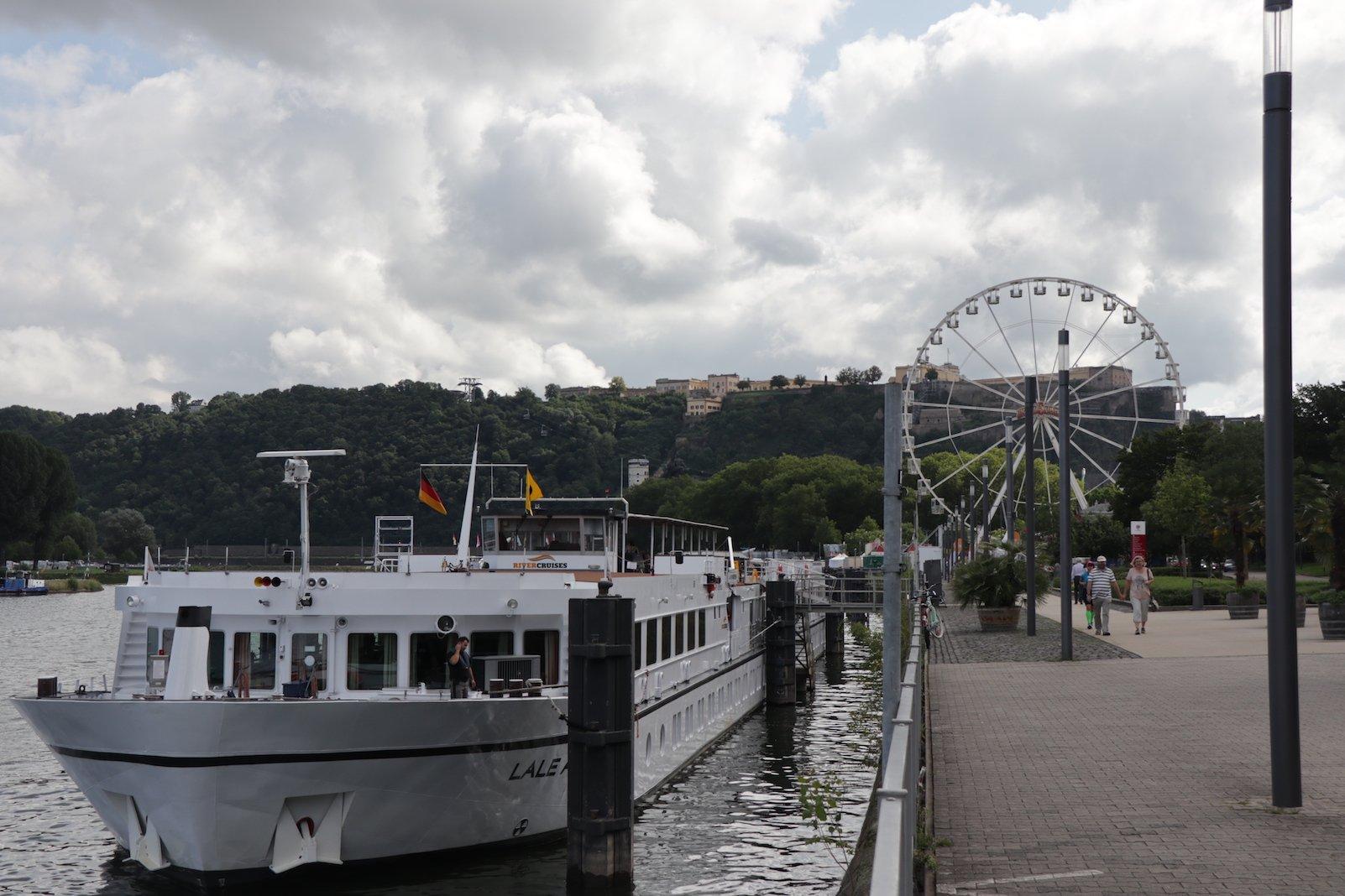 Eines der zahlreichen Kreuzfahrtschiffe, die in Koblenz anlegen