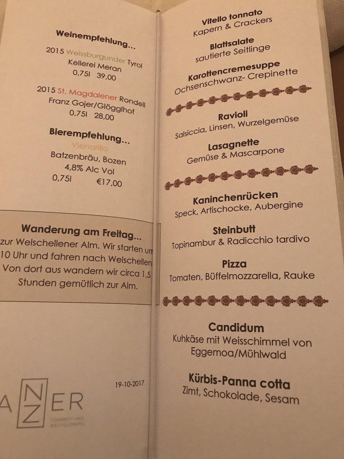 Speisekarte, Weinempfehlungen und Wanderangebot für den Folgetag