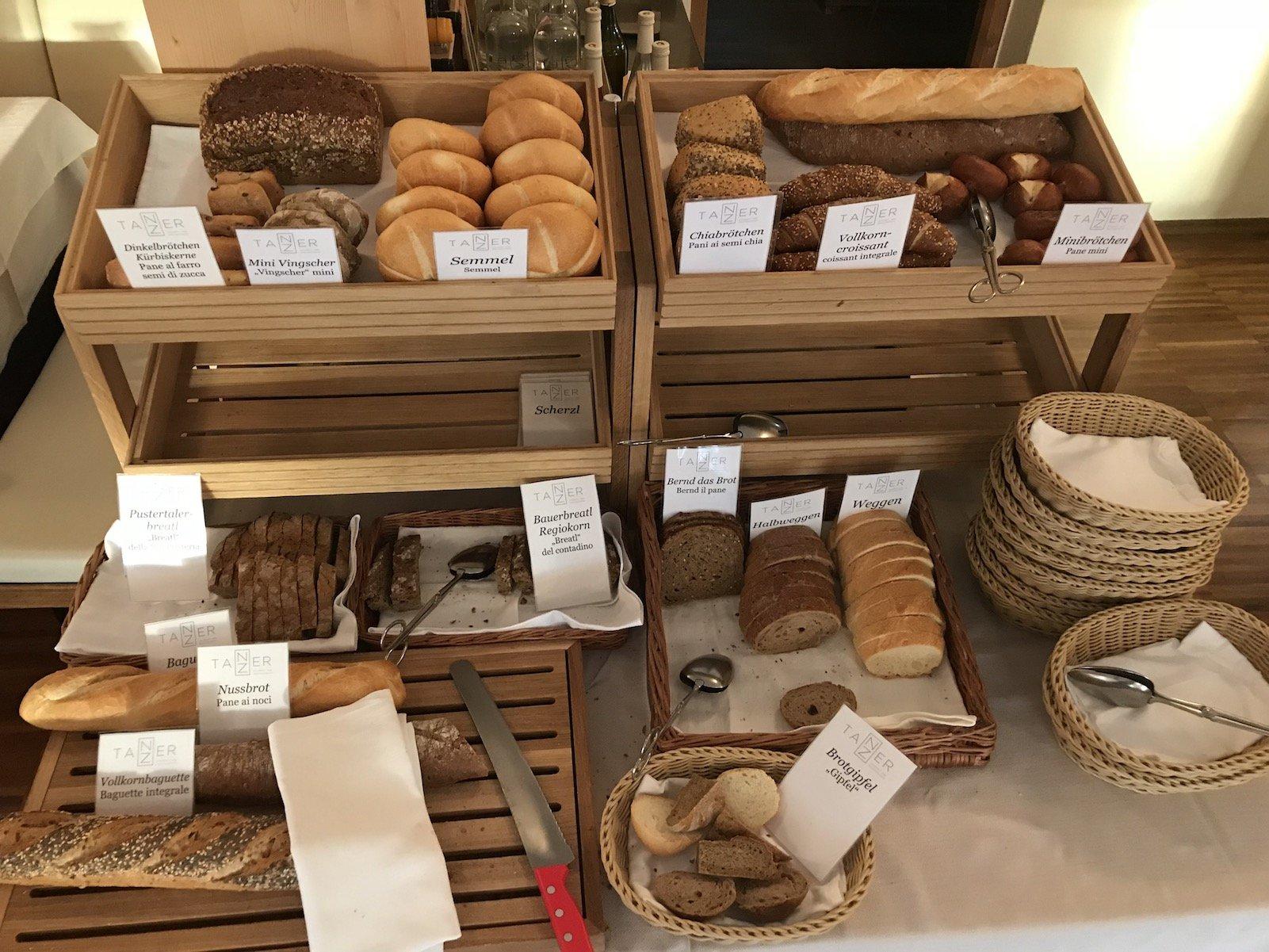 Große Auswahl an Brot und Brötchen.