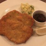 Wiener Schnitzel mit Kartoffelsalat & Preiselbeeren