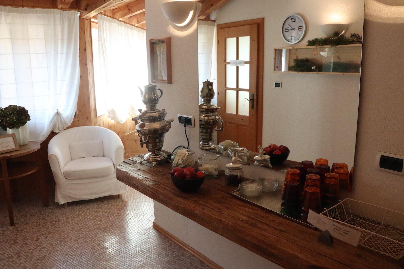 Der erste Blick in den Spabereich des Hotels Tanzer - Sessel zum Warten auf die Anwendungen Wasser und Tee,