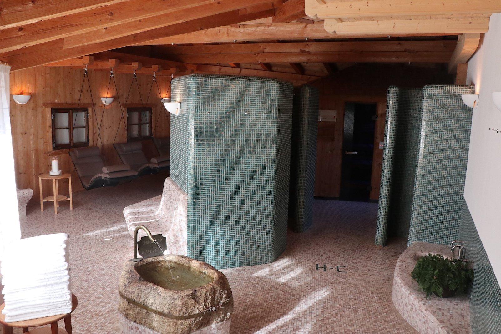 Der Spabereich des Hotels Tanzer - vorne Brunnen mit Trinkwasser, rechts hinten Sauna, links hinten Hängeliegen