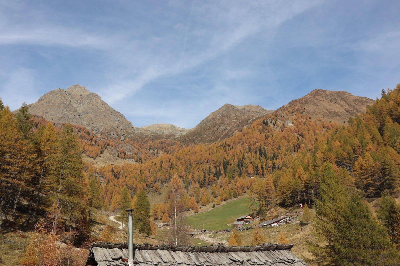 Rechts oberhalb des Daches im Vordergrund taucht die Astnerberg Alm auf