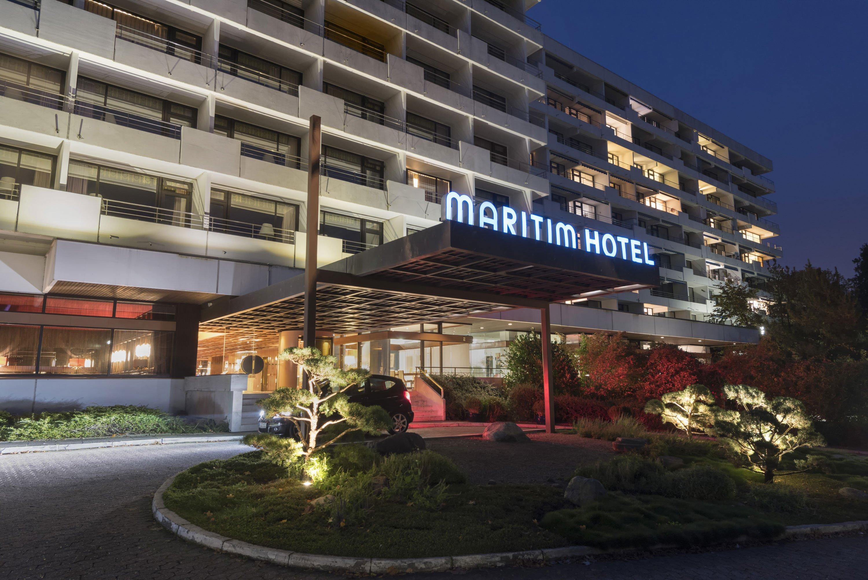 Maritim Hotel Bellevue Kiel am Abend (Foto: Maritim Hotelgesellschaft)
