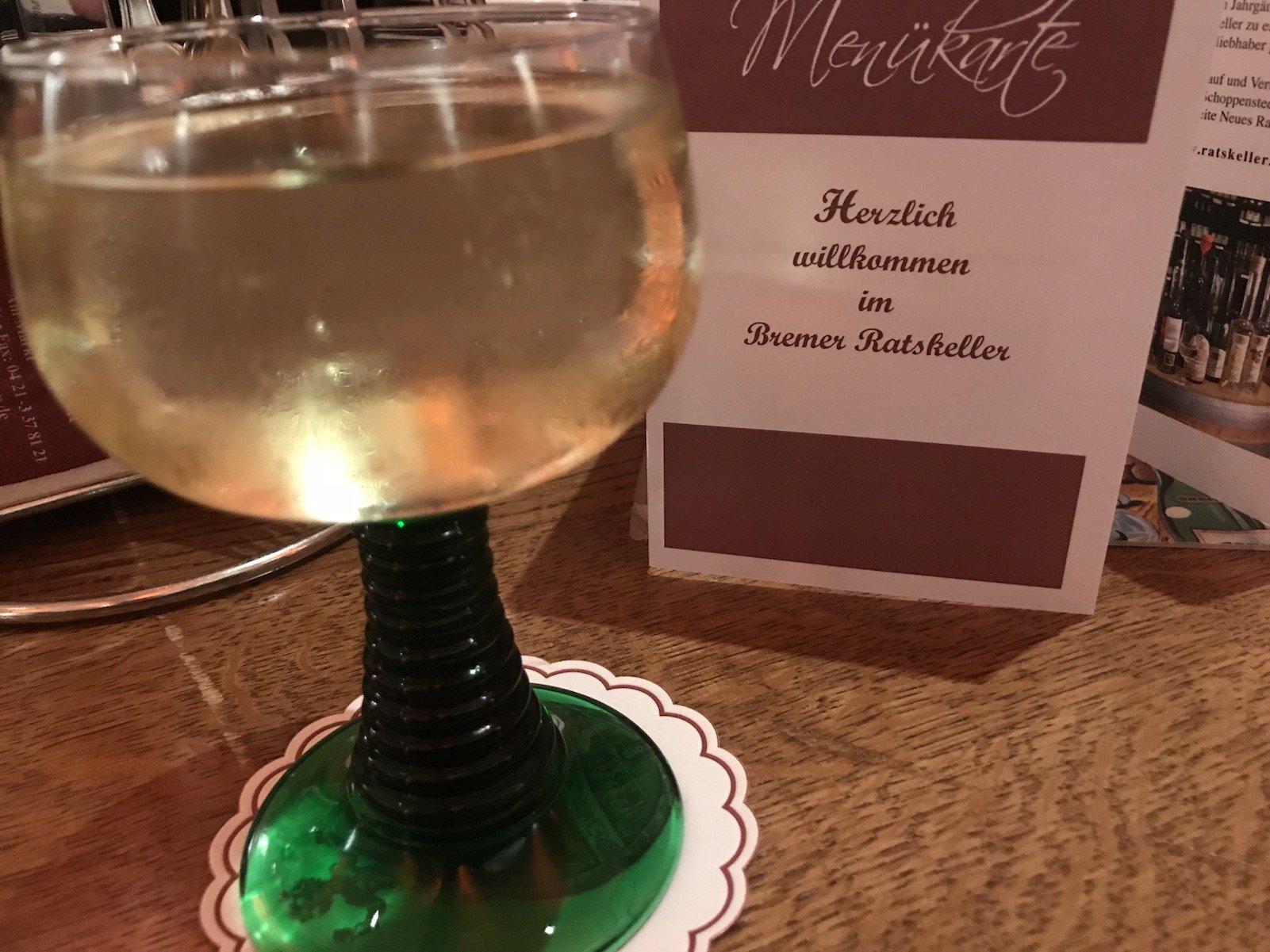 Ein Gläschen Wein zur Vorspeise im Bremer Ratskeller