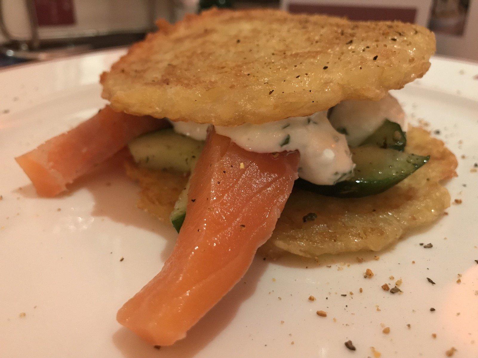 """""""Burger"""" aus Kartoffelpuffern, Lachs und Gurkensalat im Ratskeller als erster Gang des Walking Dinners in Bremen"""