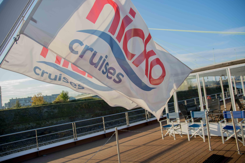 Die Flagge der Reederei nicko cruises auf dem Oberdeck.
