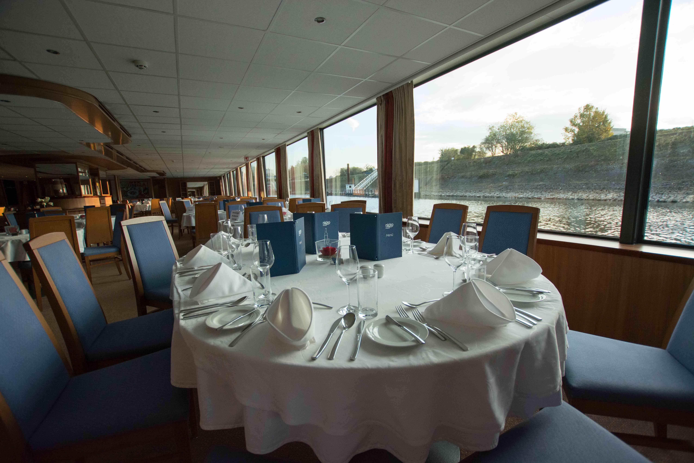 Das Restaurant mit großen Panoramafenstern
