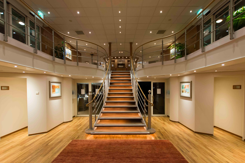 Das zwei Decks hohe Atrium