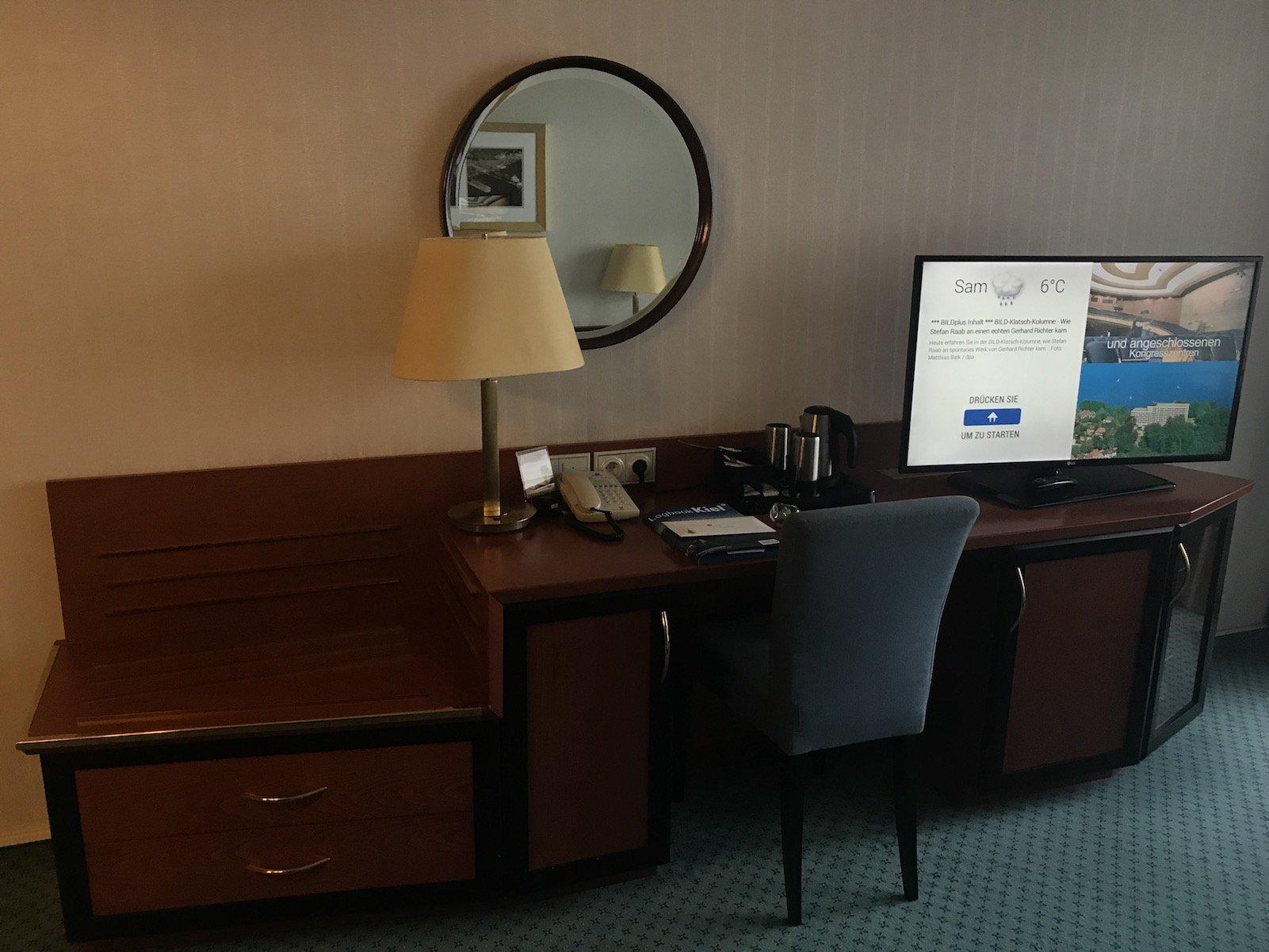 Schreibtisch mit LCD TV