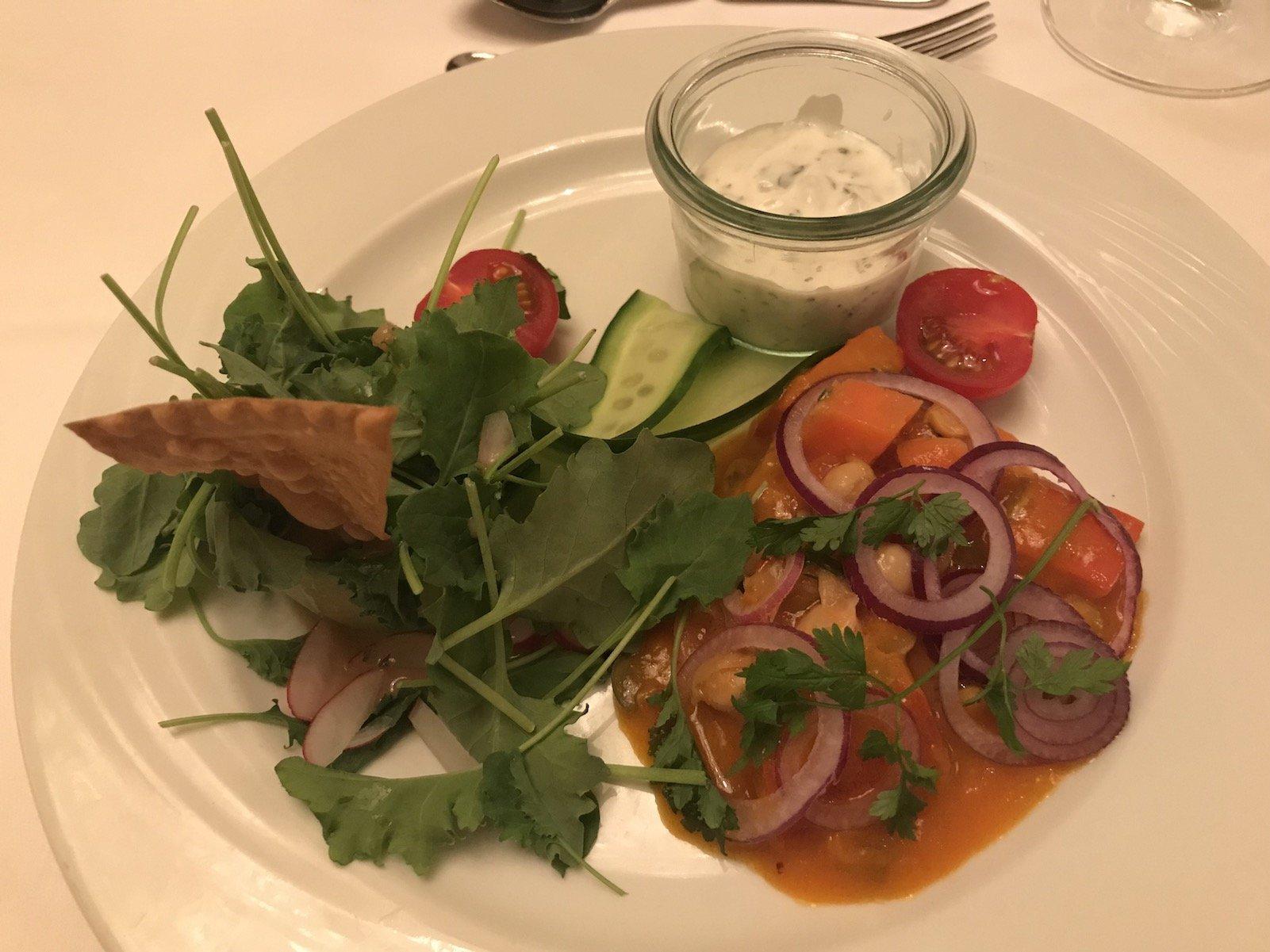 Vorspeise: Salat von Grünkohl und Kürbis, mit Kichererbsen, roten Zwiebeln und Minzejogurt