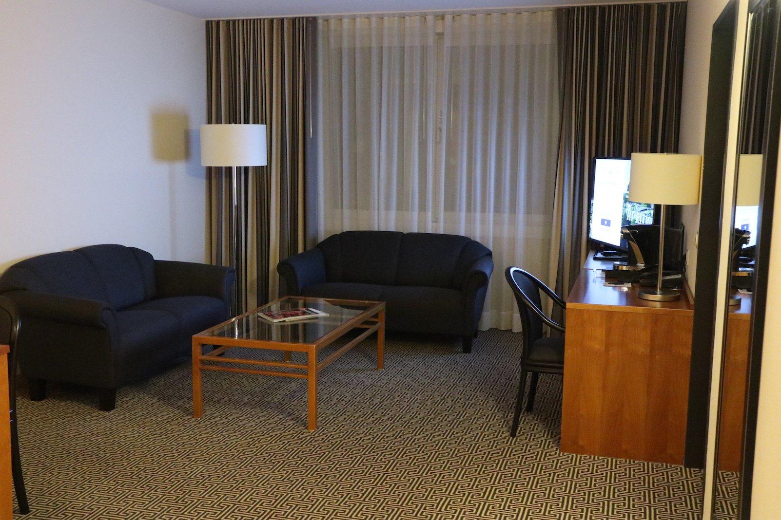 Großzügiger Wohnbereich in der Junior Suite im Maritim Hotel Stuttgart