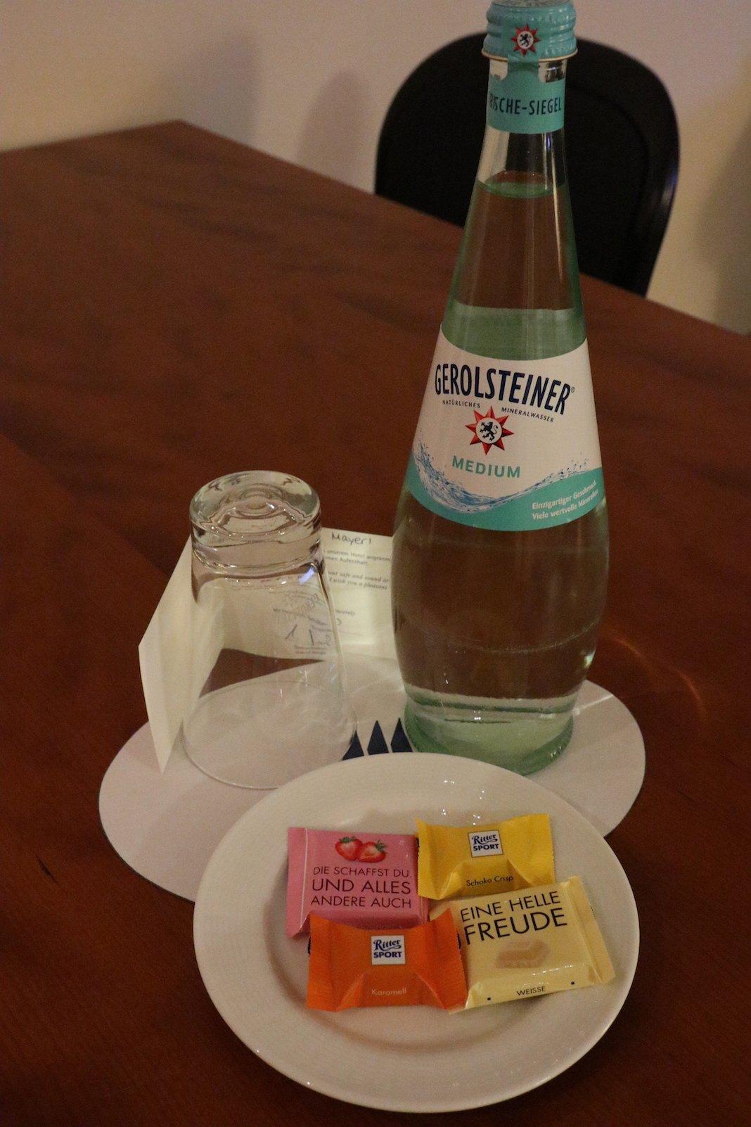 Schkolade und Mineralwasser warten auf mich auf dem Tisch