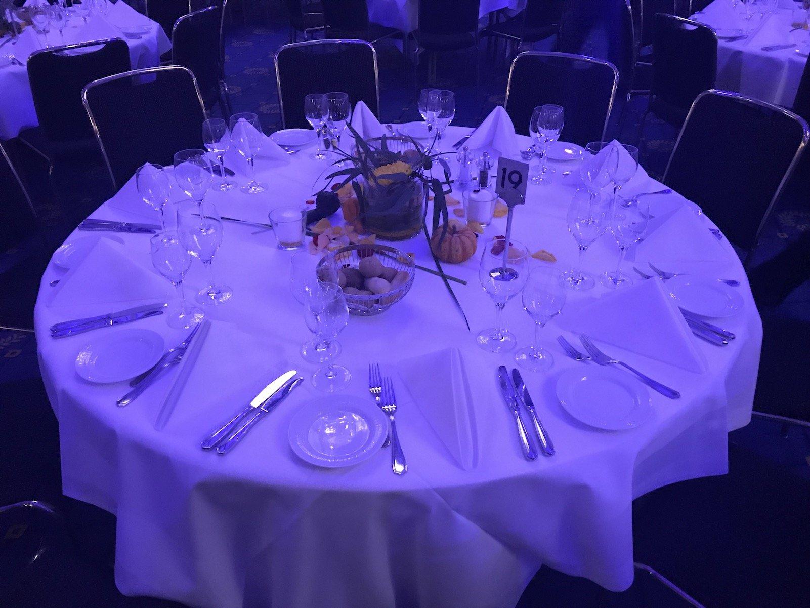 Vorbereiteter Tisch in der Alten Reithalle in Stuttgart für ein Dinner