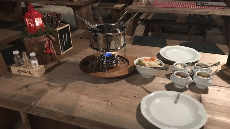 Für das Fondue vorbereiteter Tisch in der Maritim Alm Stuttgart