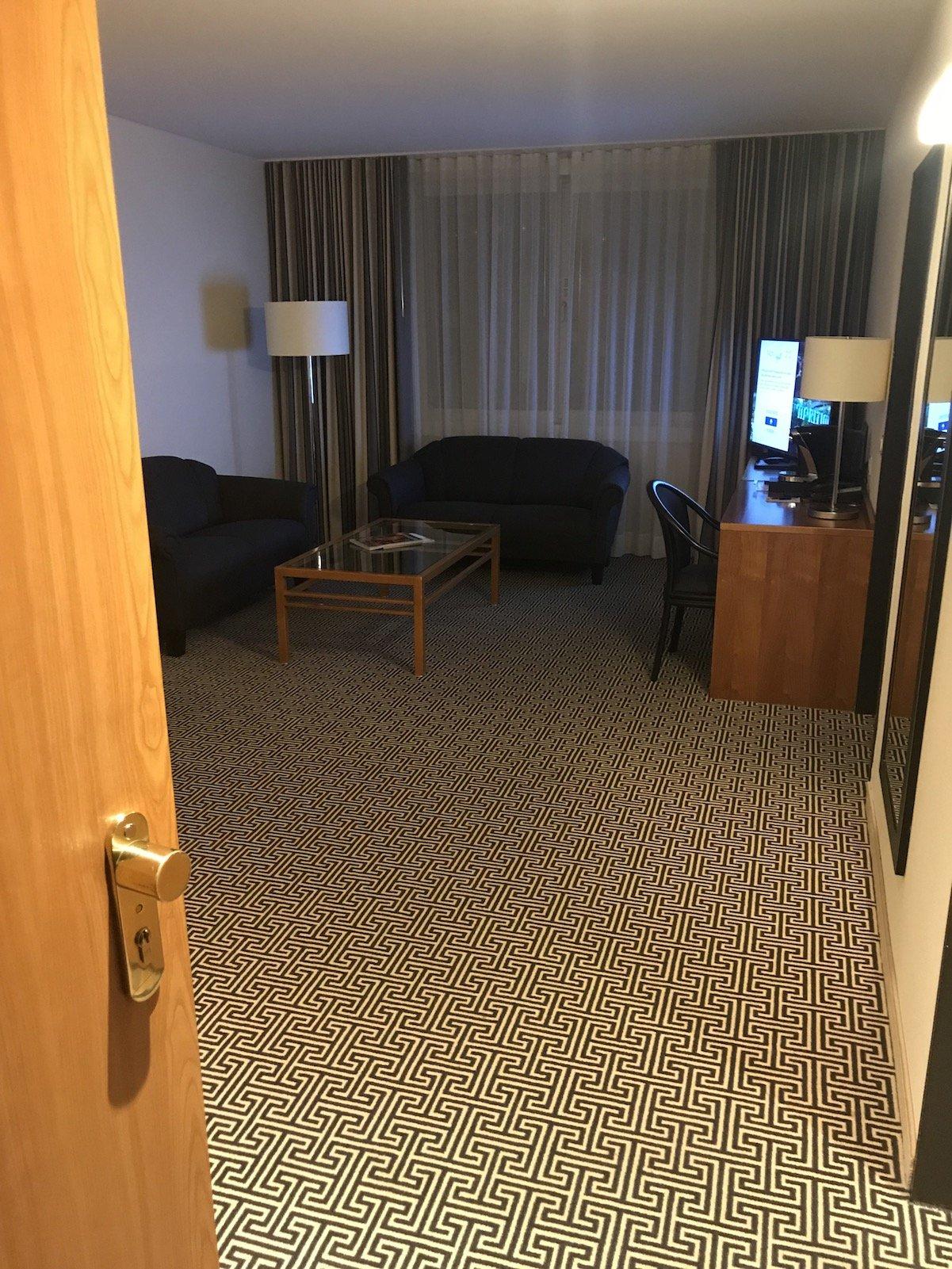 Der erste Blick in meine Junior Suite beim Öffnen der Türe im Maritim Hotel Stuttgart