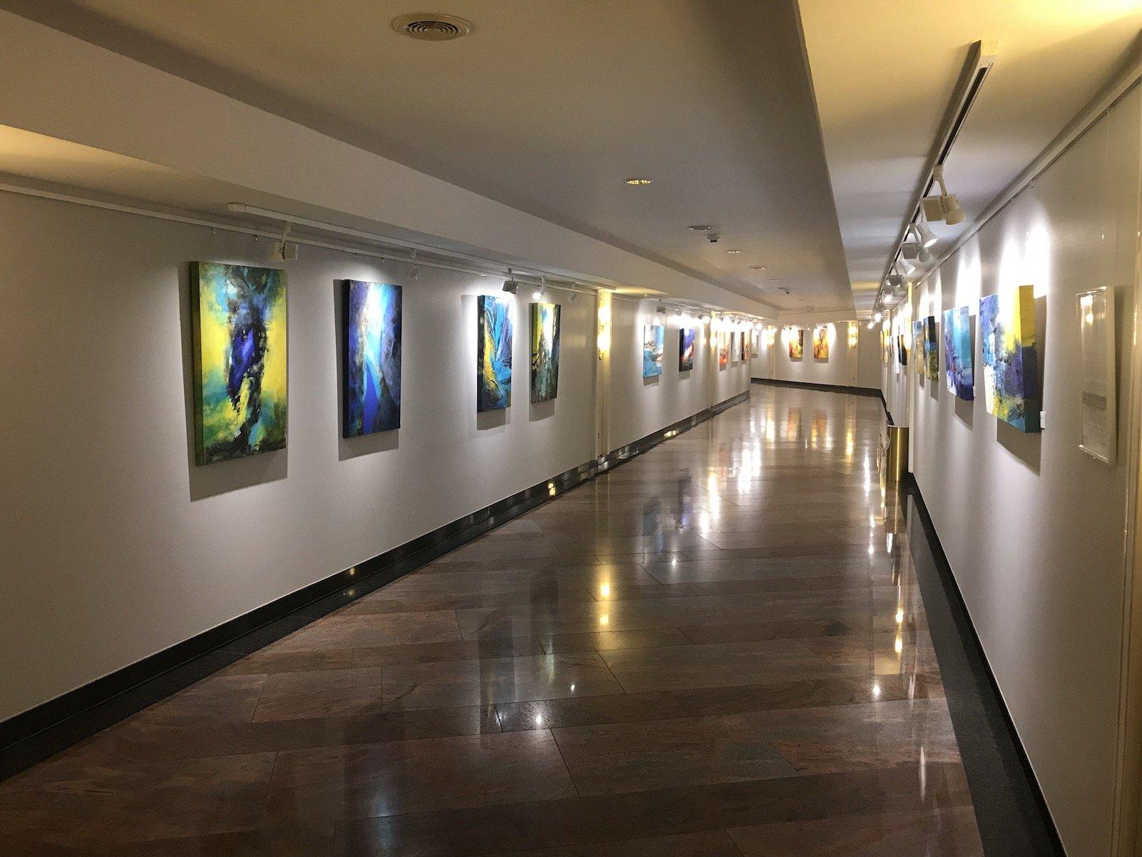 Verbindungsgang zwischen den beiden Maritim Gebäuden mit immer wechselnden Kunstaustellungen