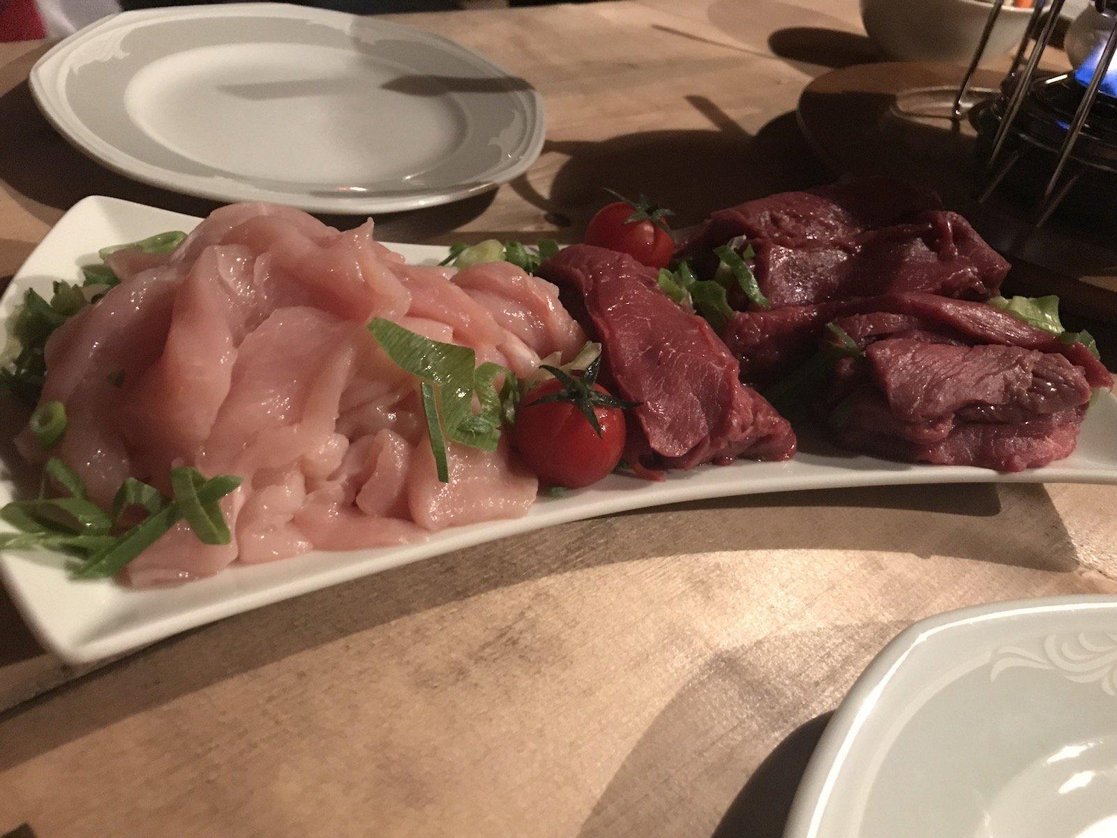Rindfleisch und Poulardenbrust für das Fondue