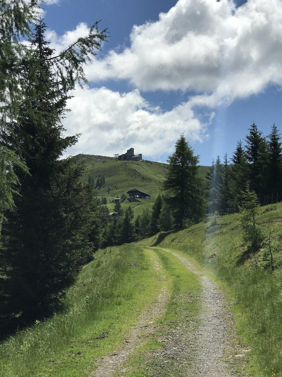Feldweg und das Bergrestaurant Kaiserburg ist in Sichtweite