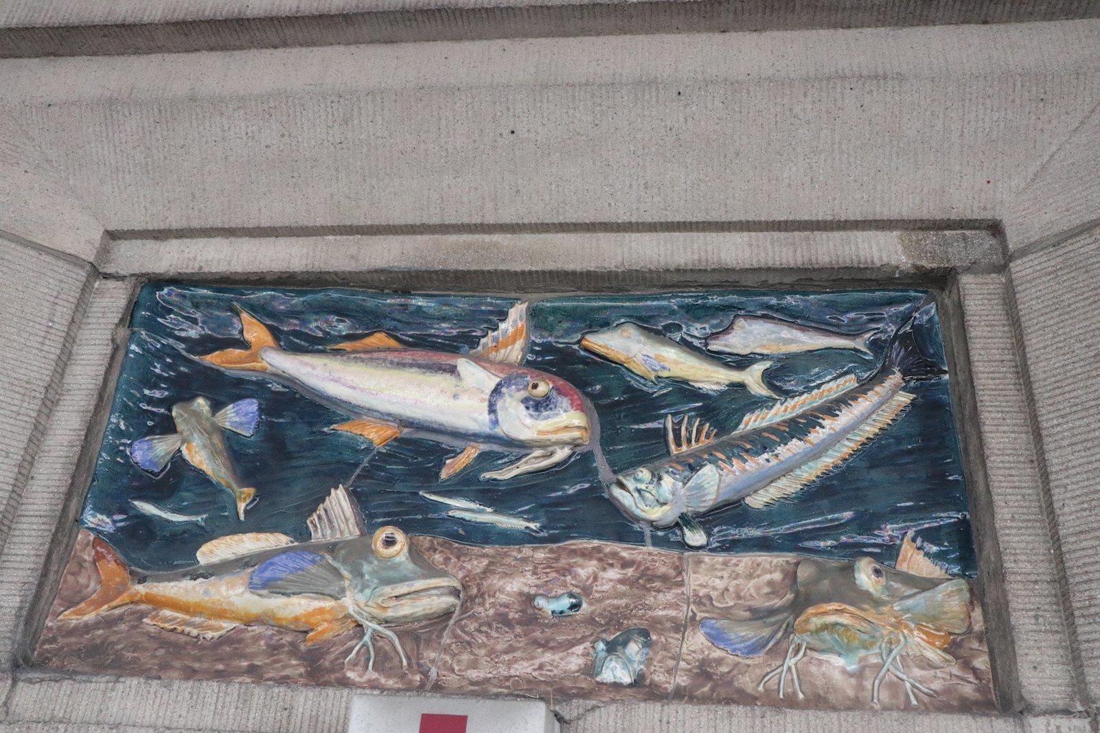 Fischrelief an Halle 12