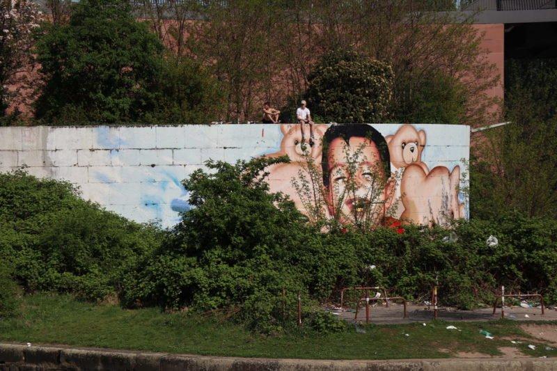Graffiti an der Einfahrt zum Osthafen in Frankfurt